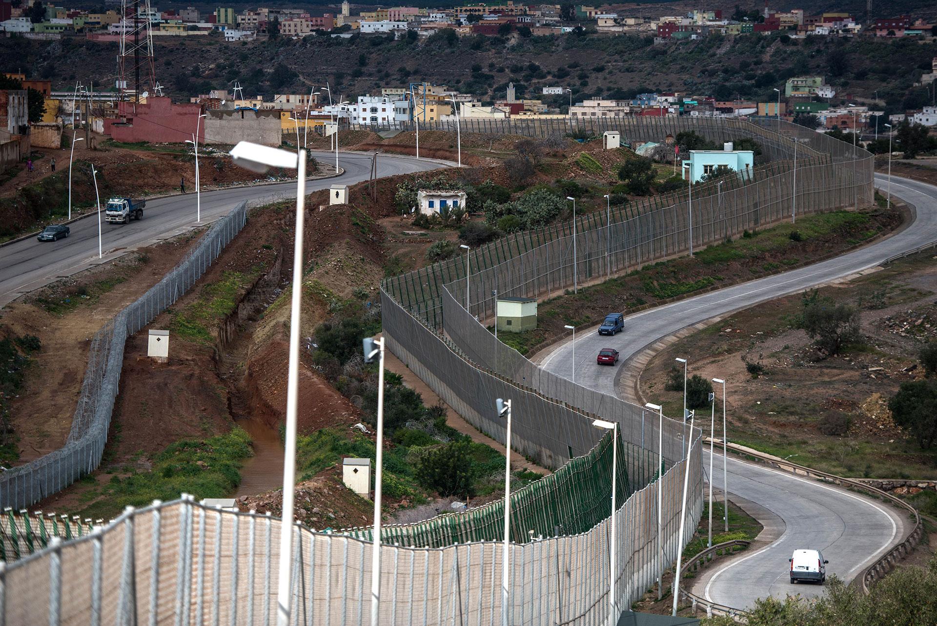 España construyó en los años 90 dos muros para separar sus enclaves africanos de Ceuta y Melilla del territorio de Marruecos. Son habituales los grupos de migrantes africanos que intentan traspasar esta barrera en masa para ingresar a territorio europeo (Getty Images)