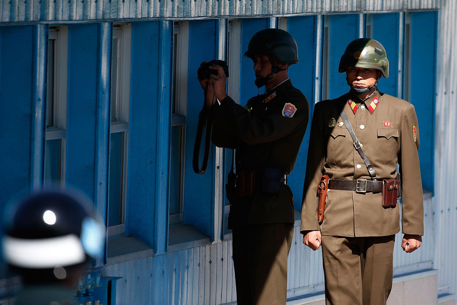 Creada tras el fin de la guerra entre las dos Coreas, en 1953, la zona desmilitarizada de las dos Coreas (ZDC) es una franja de territorio de cuatro kilómetros de ancho por unos 250 kilómetros de largo que divide a ambas naciones (Getty Images)