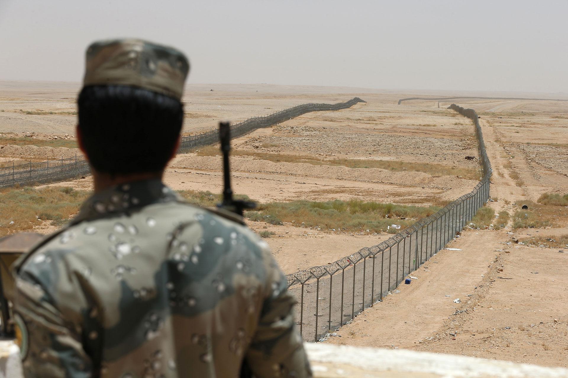 El rey Abdalá de Arabia ordenó una enorme valla con alambres de púa en la frontera con Irak, un territorio donde opera a sus anchas el Estado Islámico (Reuters)