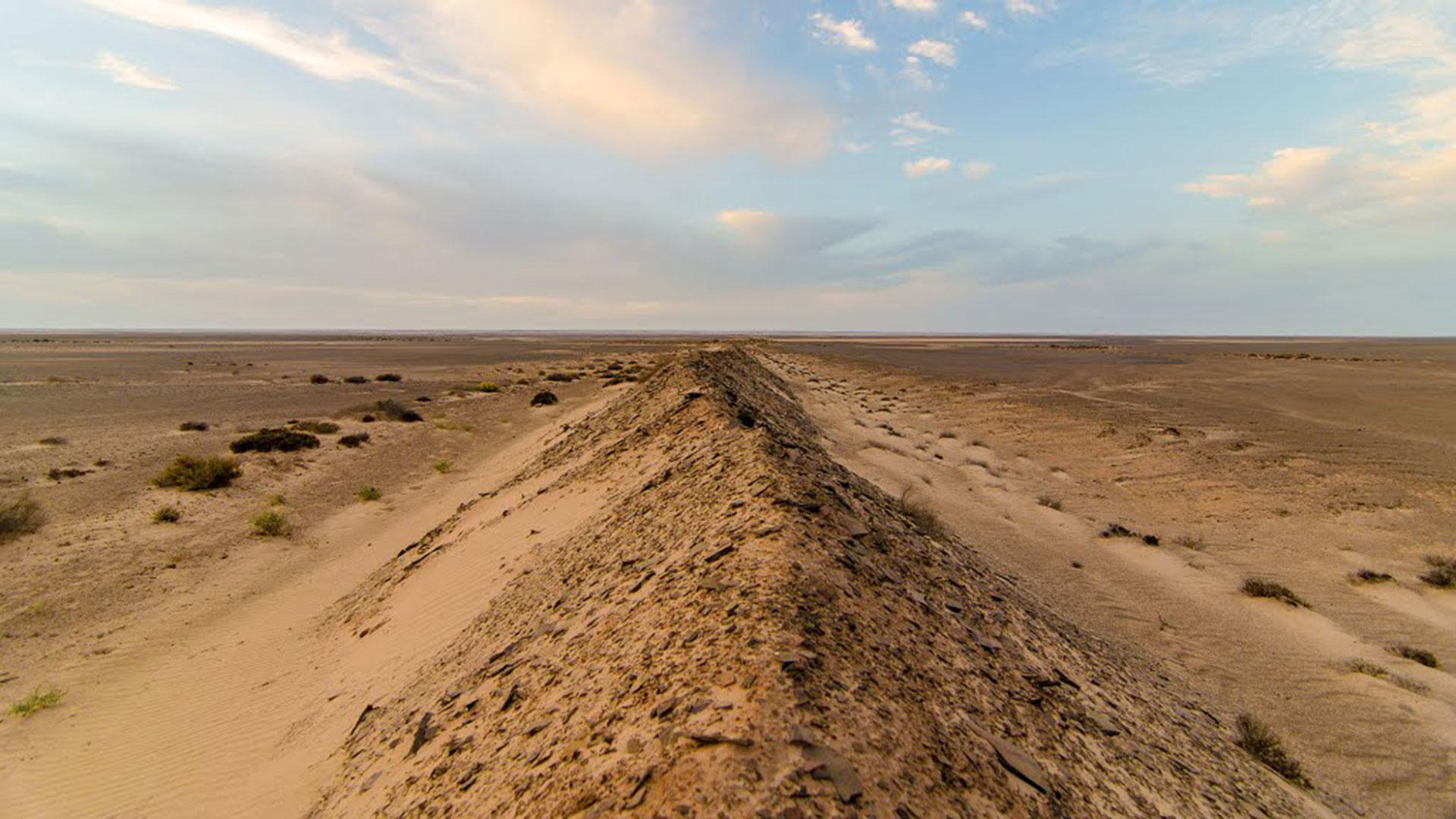 El Sahara Occidental se encuentra en disputa entre los saharauis y Marruecos, que ocupó ese territorio en 1976, luego de que España se retirara. Marruecos construyó un muro de cientos de kilómetros con arena, piedra, alambres de espino y minas personales para proteger lo que considera territorio propio del Frente Polisario, que busca la independencia saharaui