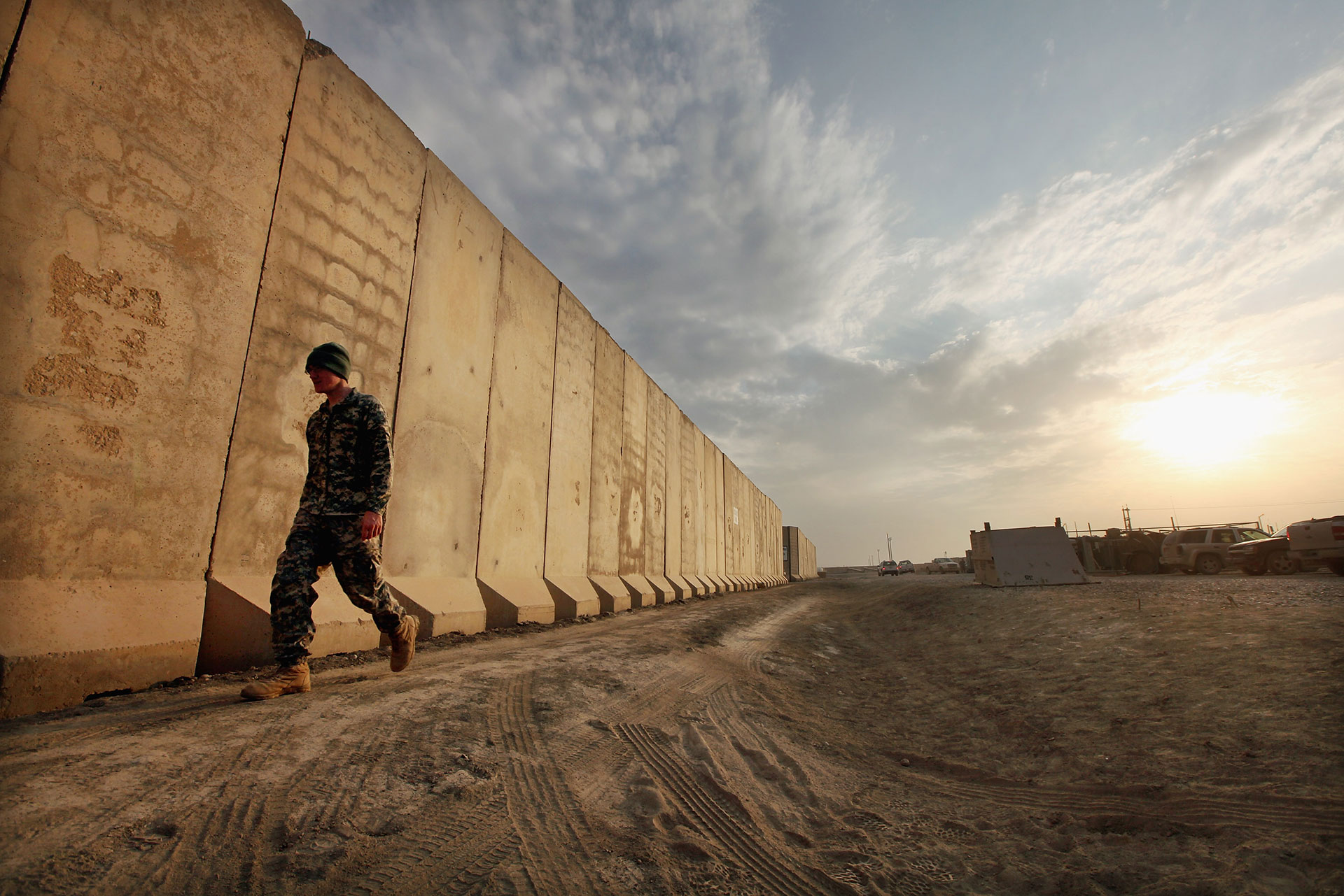 Después de la invasión de Saddam Hussein en 1990, Kuwait instaló una valla de unos 200 kilómetros de extensión en su frontera con Irak, está compuesta por tramos de cerca electrificada, alambre de púa y muros de arena (Getty Images)