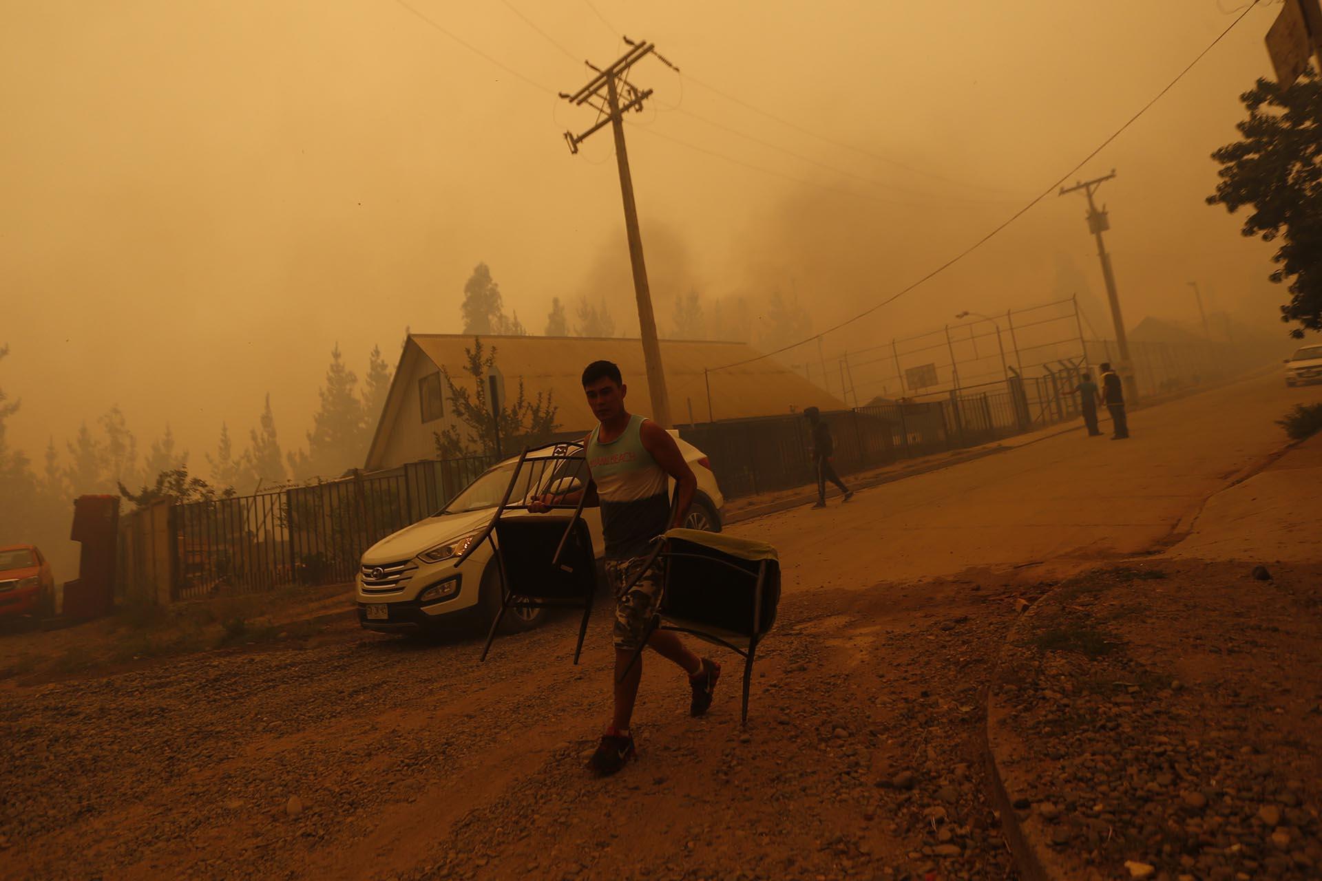 """""""Esto es desesperante. Las llamas se acercan y lo único que podemos hacer es aguantar y rezar"""", dijo a la AFP Sofía, una joven de 19 años vecina de la localidad de Llico, donde decenas de casas fueron evacuadas ante la amenaza del fuego"""