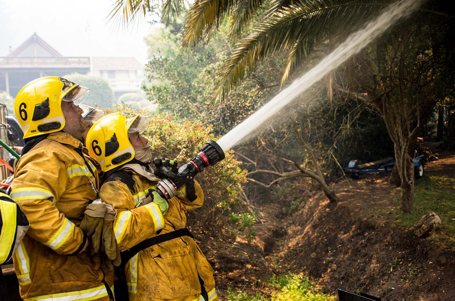 Las imágenes de televisión resultan dantescas: casas destruidas, focos de fuego que se consumen lentamente, gente con algunos enseres que lograron salvar del infierno vivido, envuelta en una espesa nube de humo
