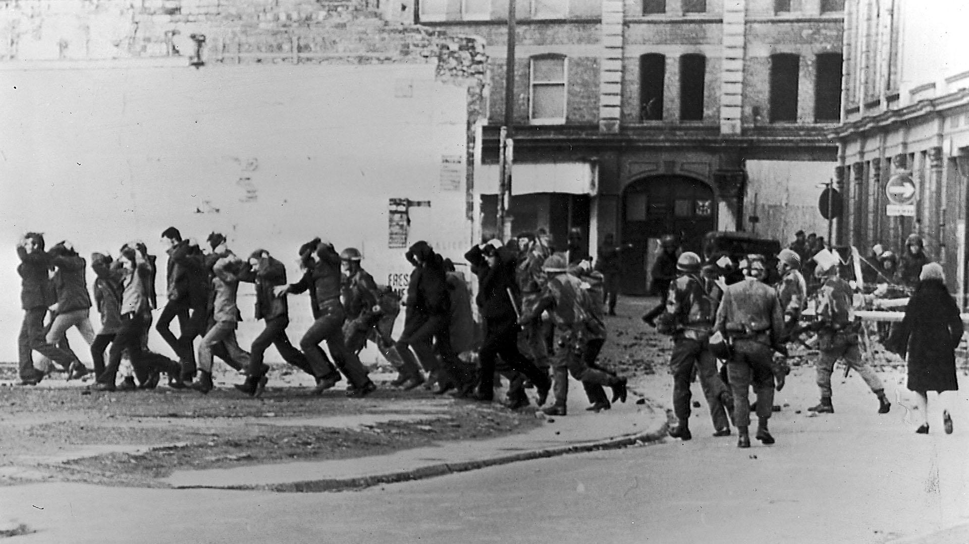 Paracaidistas británicos llevan detenidos a los manifestantes luego de abrir fuego contra la marcha por los derechos civiles