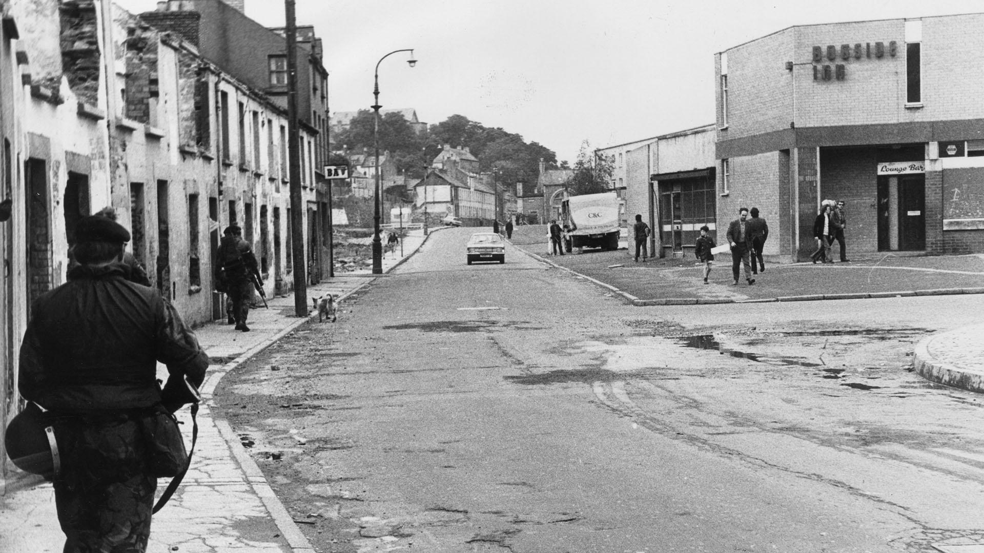 """Soldados británicos del regimiento real de fusileros patrullan las calles de la zona de Bogside, de Derry, tras la masacre del """"Domingo sangriento"""""""