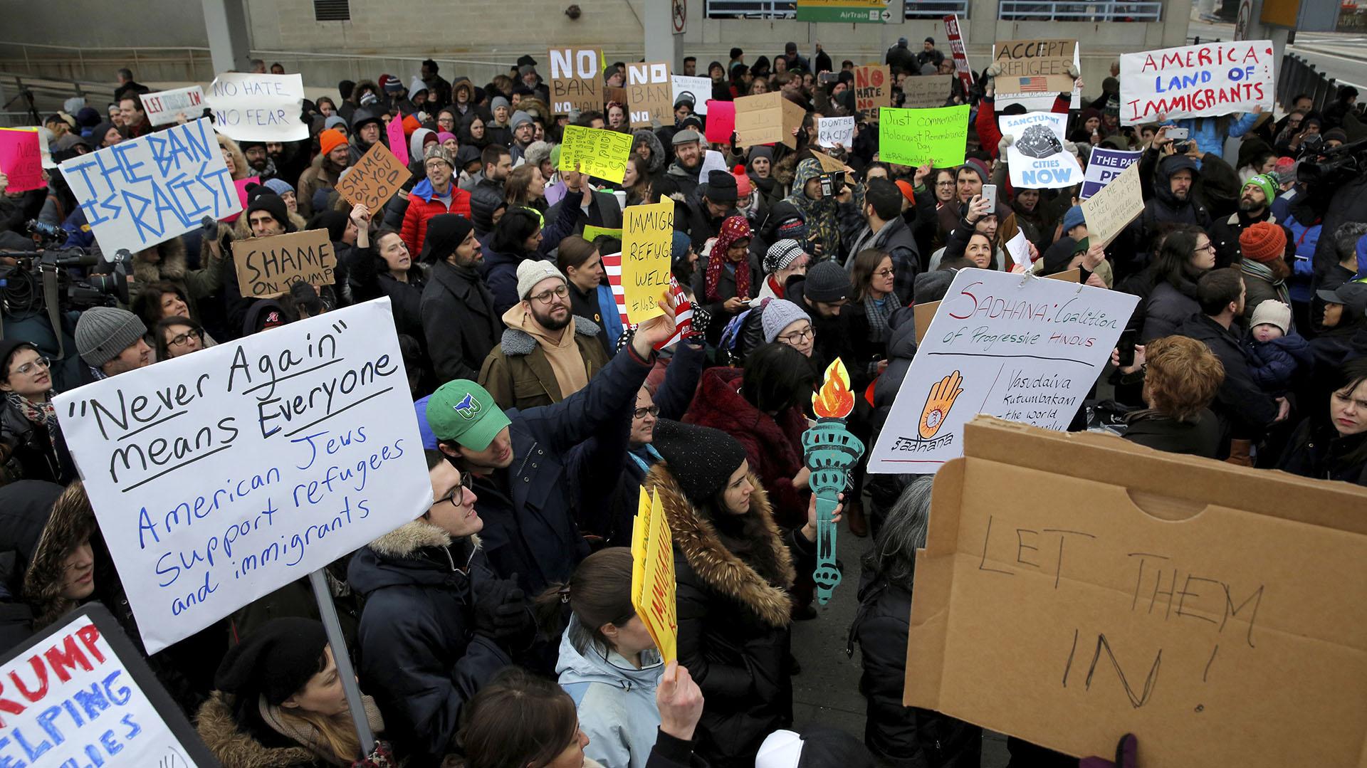 Protesta contra la prohibición al ingreso de musulmanes en el Aeropuerto JFK (Reuters)
