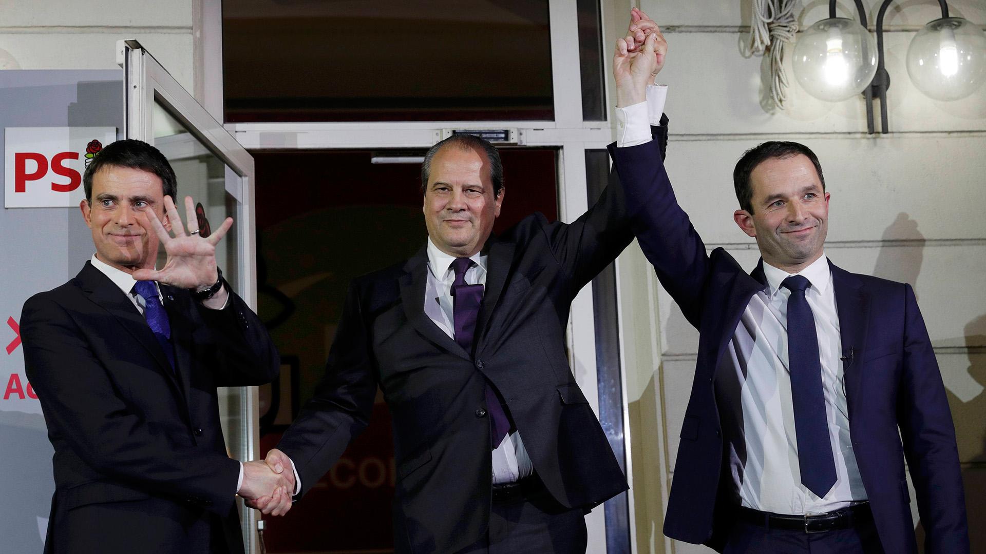 Hamonjunto al ex primer ministro Valls y al secretarioCambadelis (Reuters)