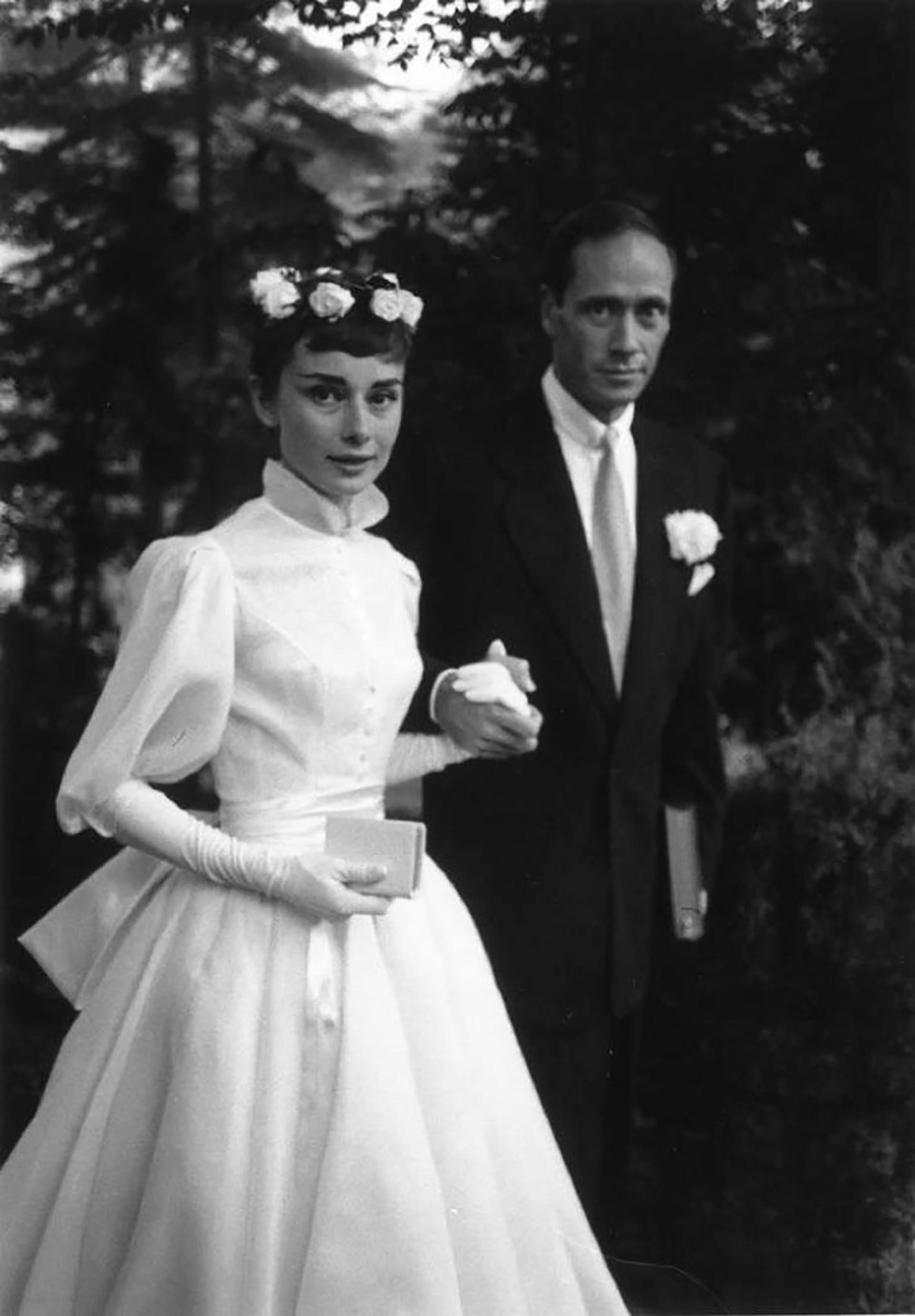 El día de su casamiento junto al actor Mel Ferrer en 1959 con un vestido corto y sus largos guantes blancos que adoraba