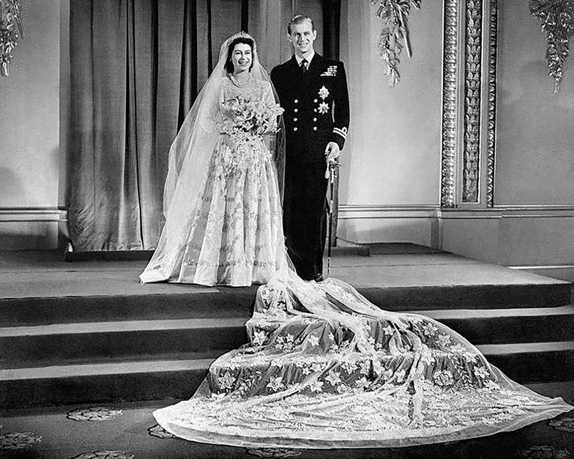 Casi 20 metros de velo bordado a mano completaron el look de la reina Isabel II