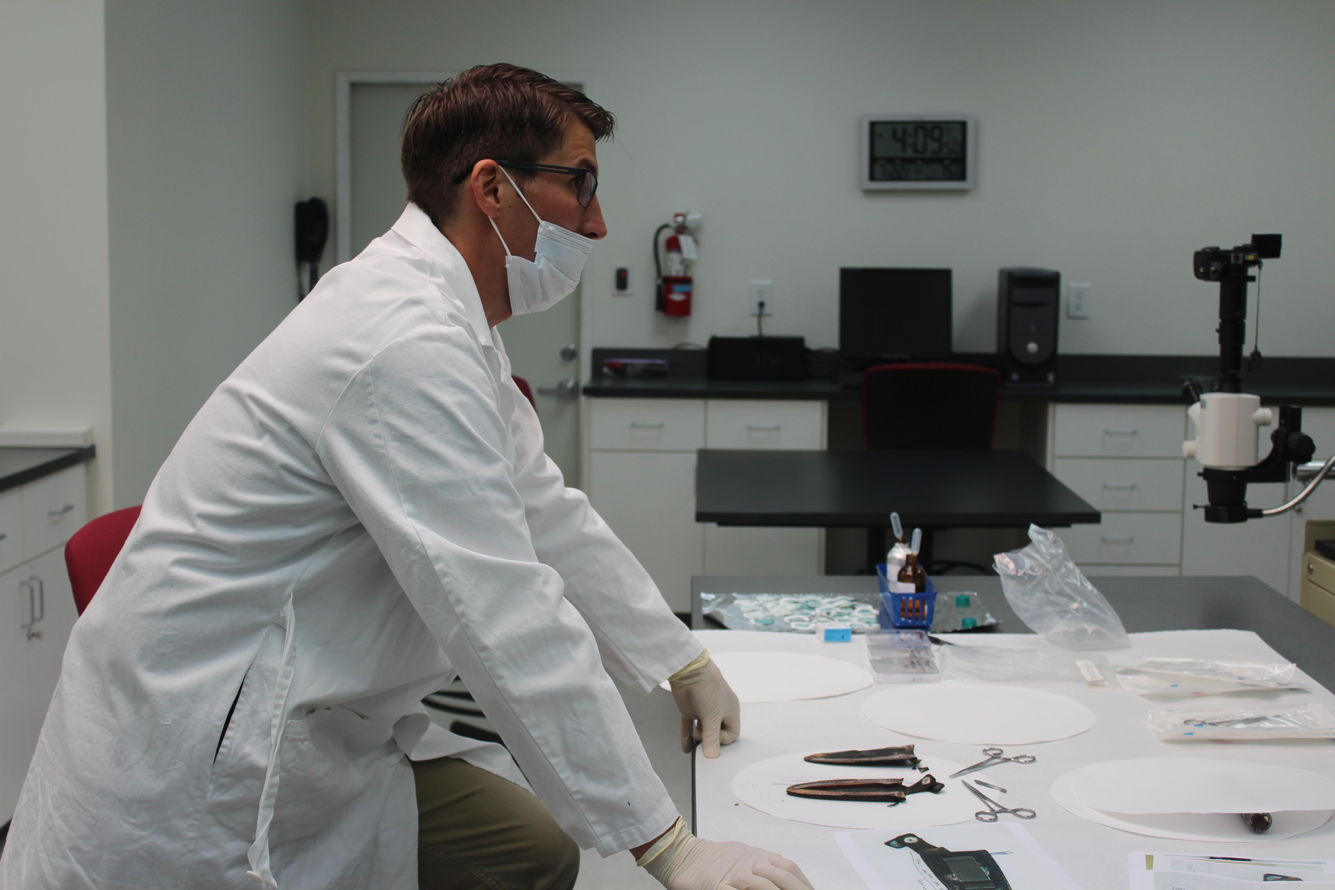 En el laboratorio forense, la funda del cuchillo que puede haber sido el arma homicida