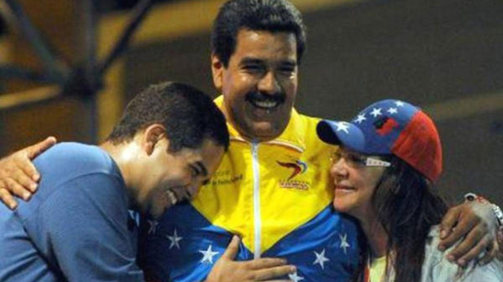 Nicolas Maduro Guerra junto a su padre y a Cilia Flores (Foto: Archivo)