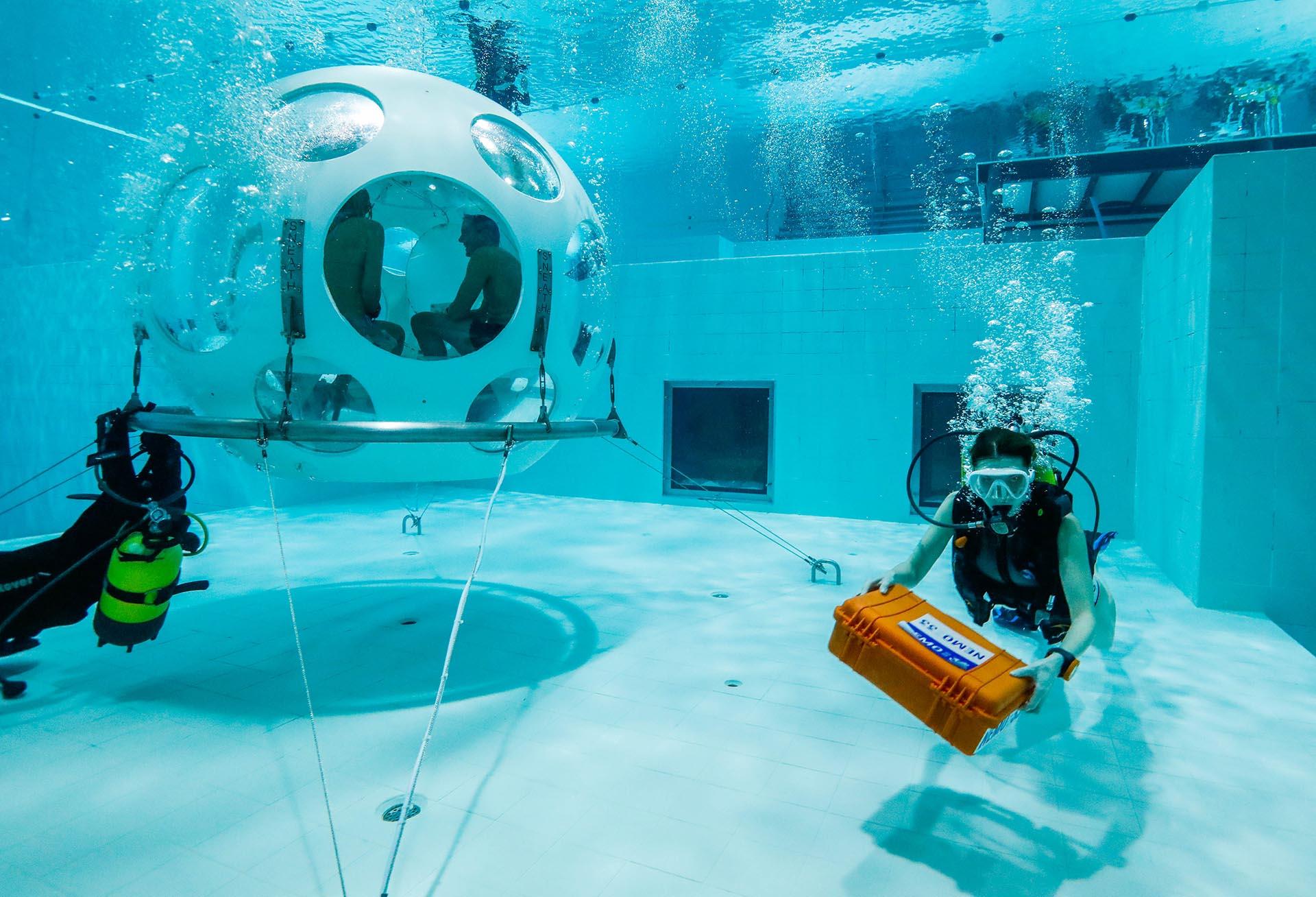 Los comensales quedan suspendidos bajo el agua en una especie de iglú con tensores (Reuters)