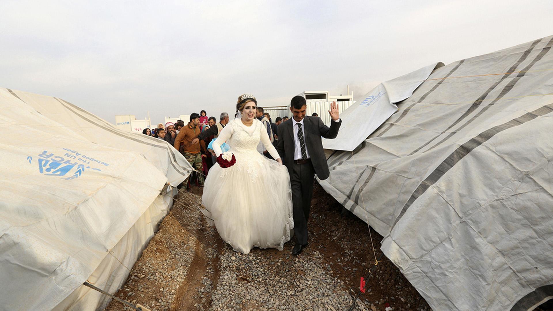 Jassim Mohammed y Amena Ali se casaron en un campo de refugiados en las afueras de Mosul (AP)