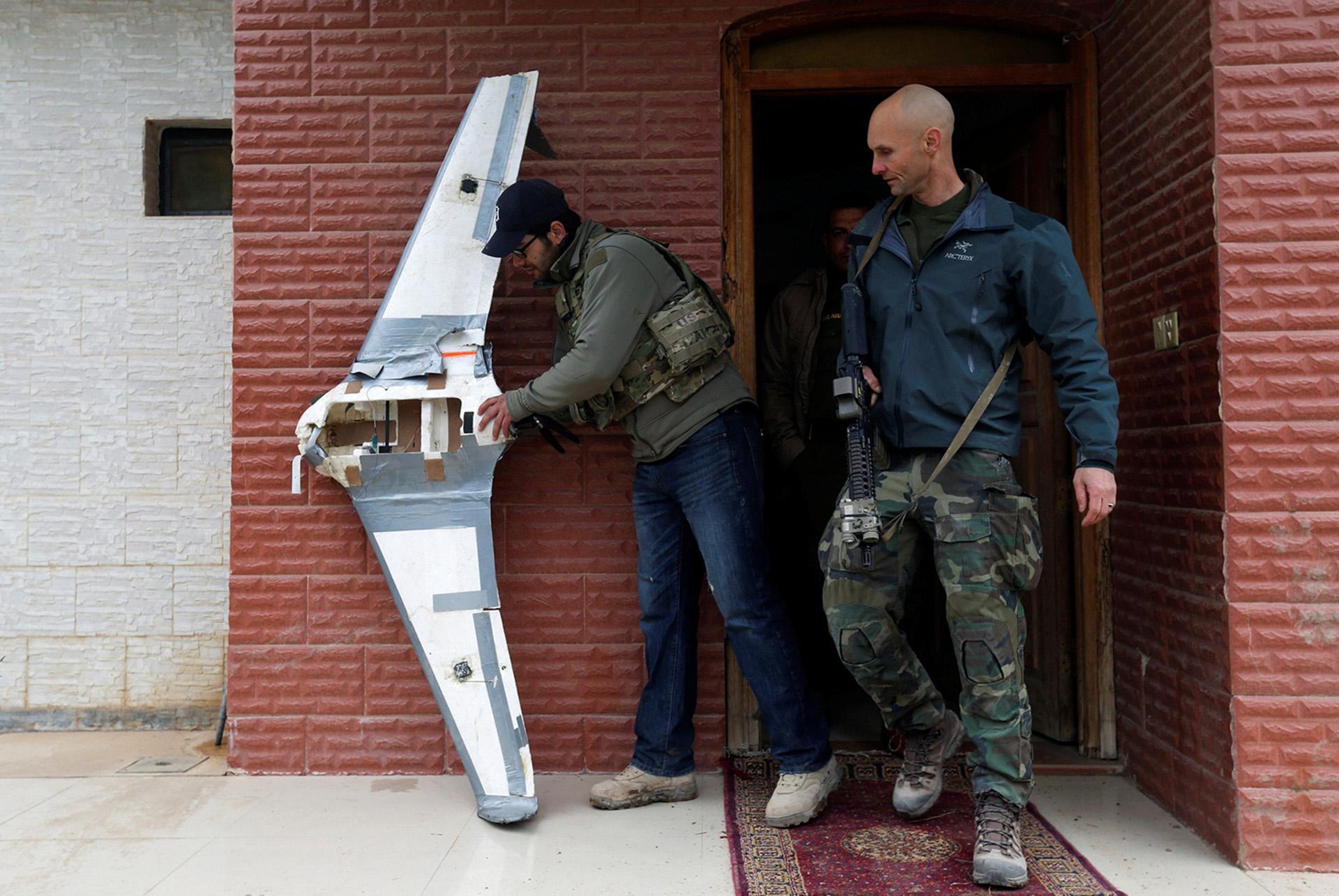 Fuerzas especiales de Estados Unidos inspeccionan un drone casero usado por el ISIS (Reuters)