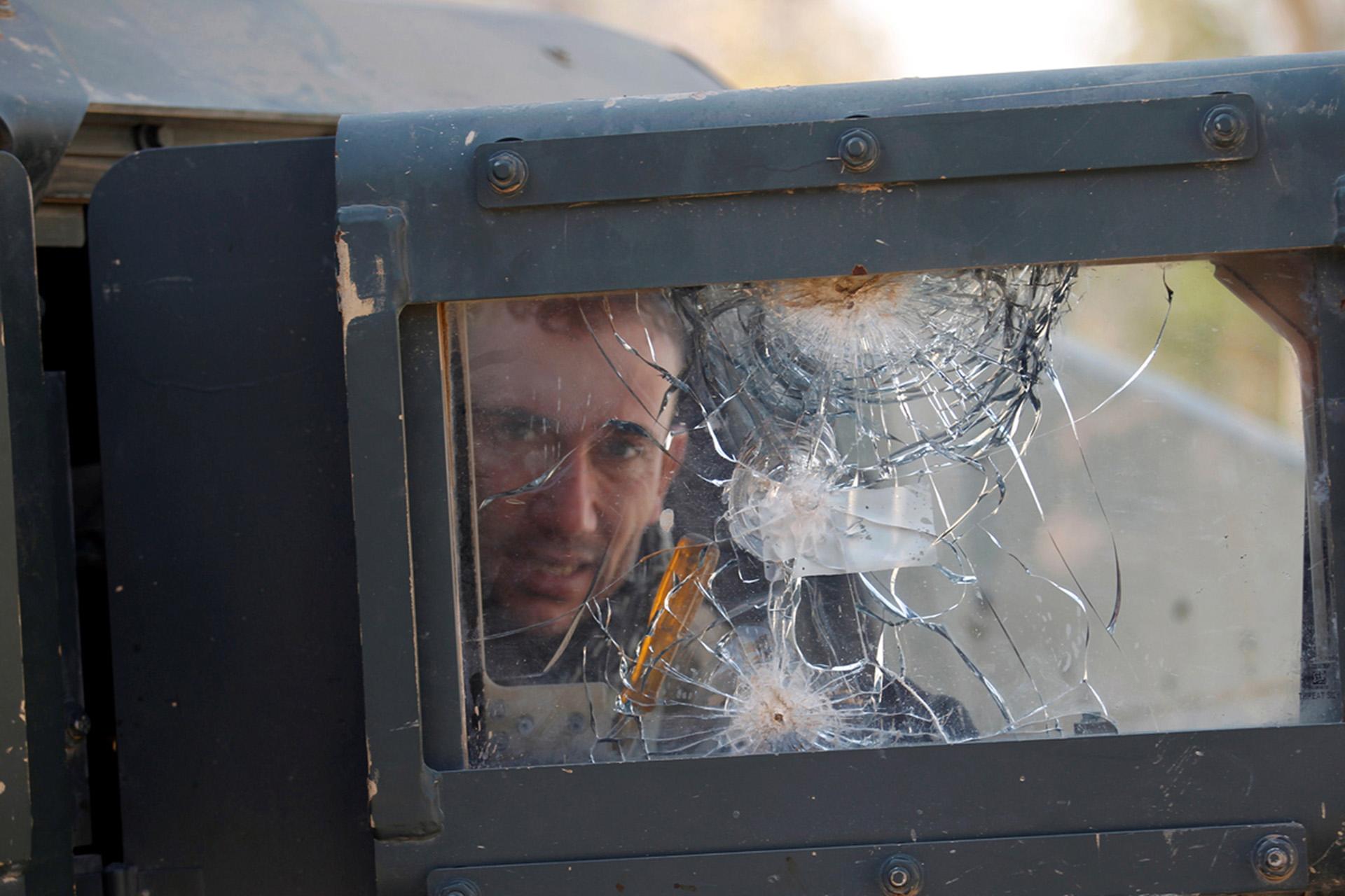Un miembro de las Fuerzas de Acción Rápida de Irak dentro de un vehículo militar que ha participado de combates (Reuters)