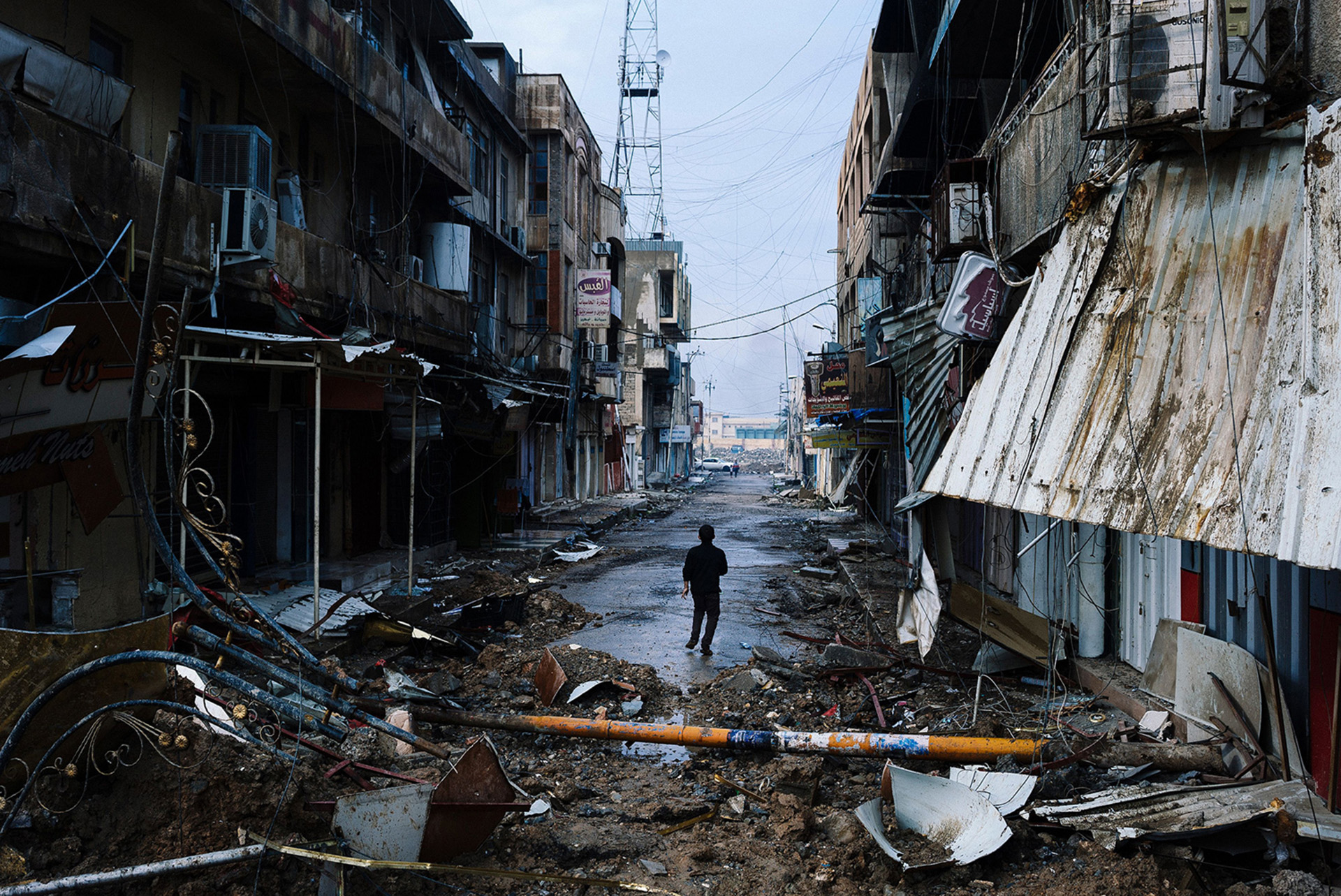 Un niño iraquí camina por las calles arrasadas (AFP)