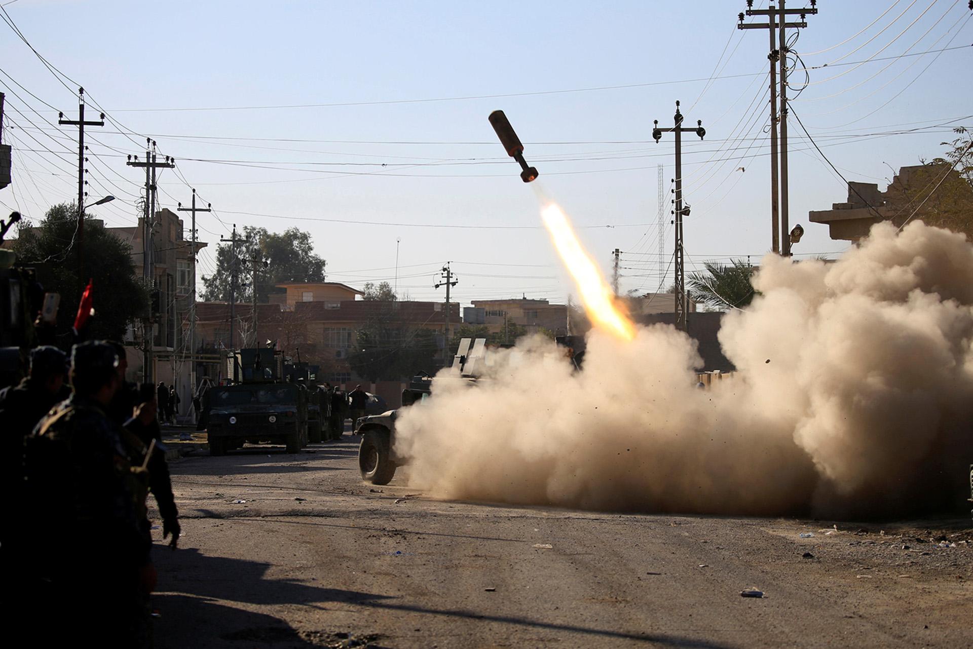 El disparo de un cohete contra las líneas del ISIS (Reuters)