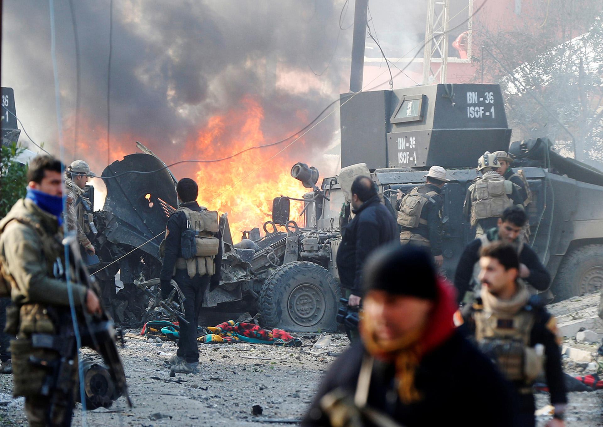 Un coche bomba acaba de destruir uno de los vehículos militares de las fuerzas iraquíes en al Andalus (Reuters)