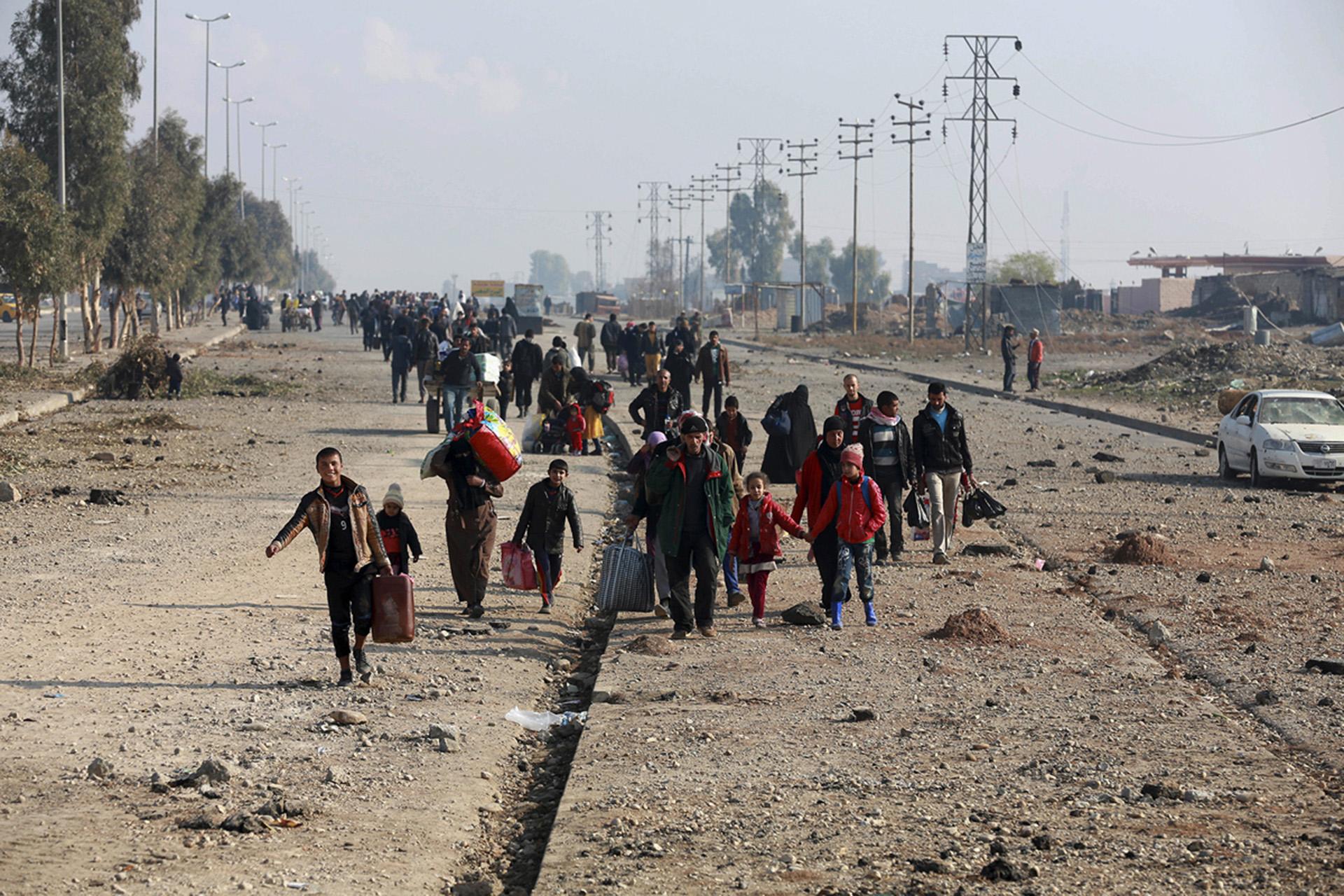 Iraquíes desplazados que escaparon de los combates vuelven a sus casas en el este de Mosul tras la victoria de las fuerzas de seguridad sobre el ISIS (AP)