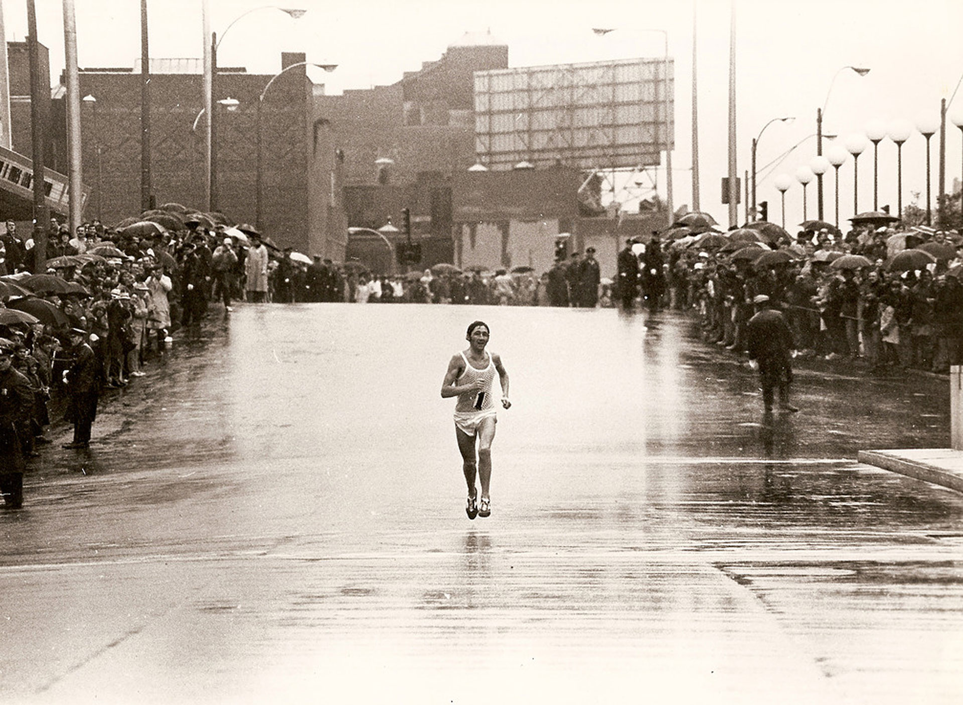 El inglés cruzando el tramo final de la maratón de Boston, una de las más importantes del mundo