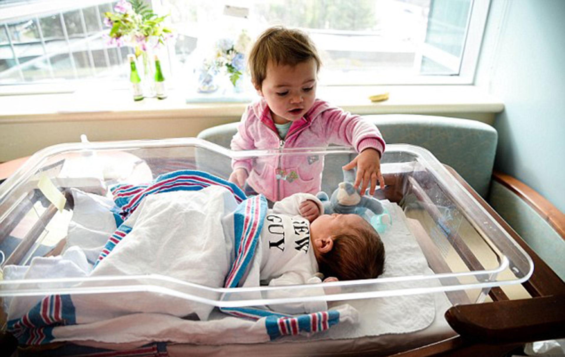 Kailah, de un año, visita al nuevo integrante de la familia