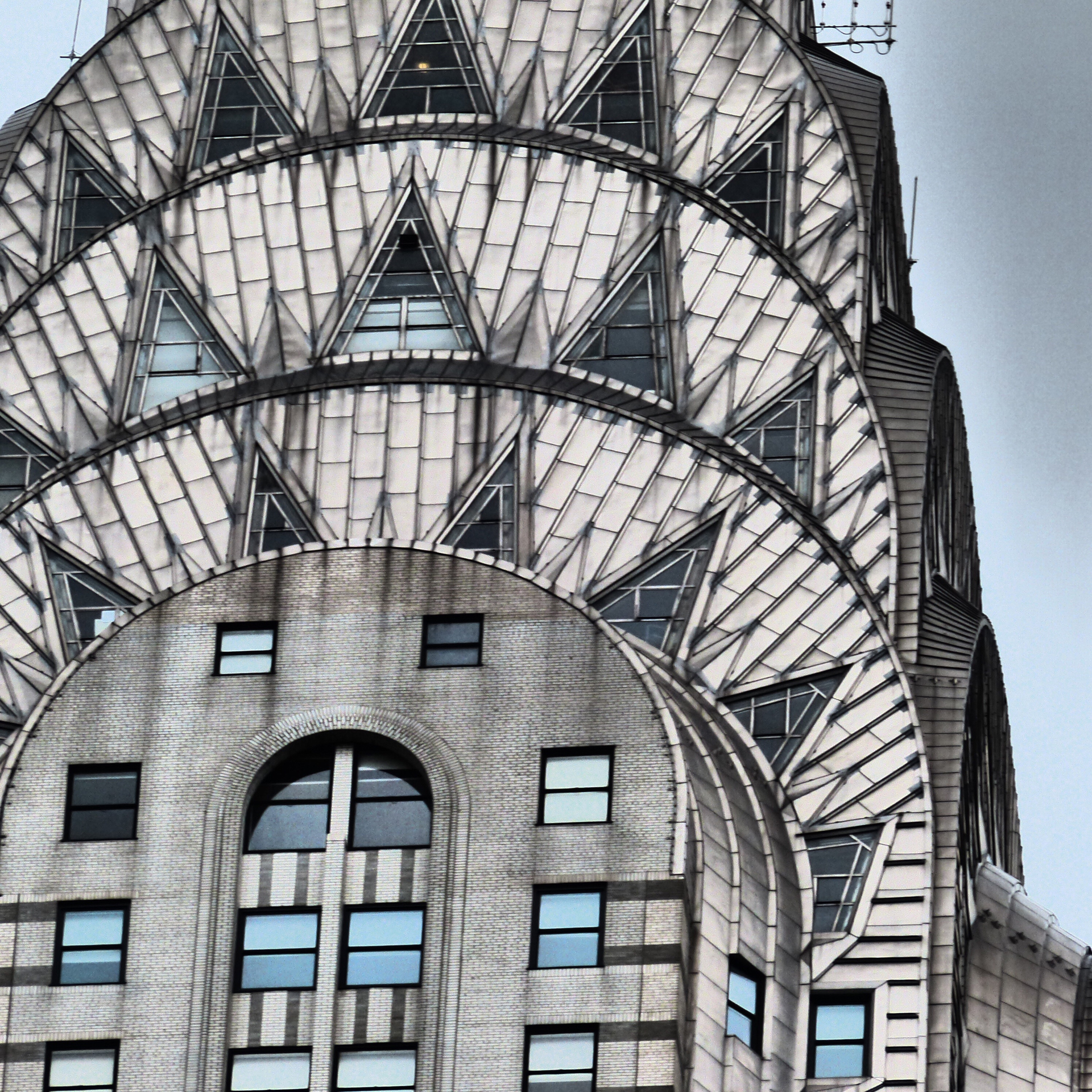La torre en el centro de Manhattan, construida como sede de Chrysler Corp., con el coronamiento que lo distingue siempre ha sido una favorita tanto de los críticos de arquitectura como del público en general