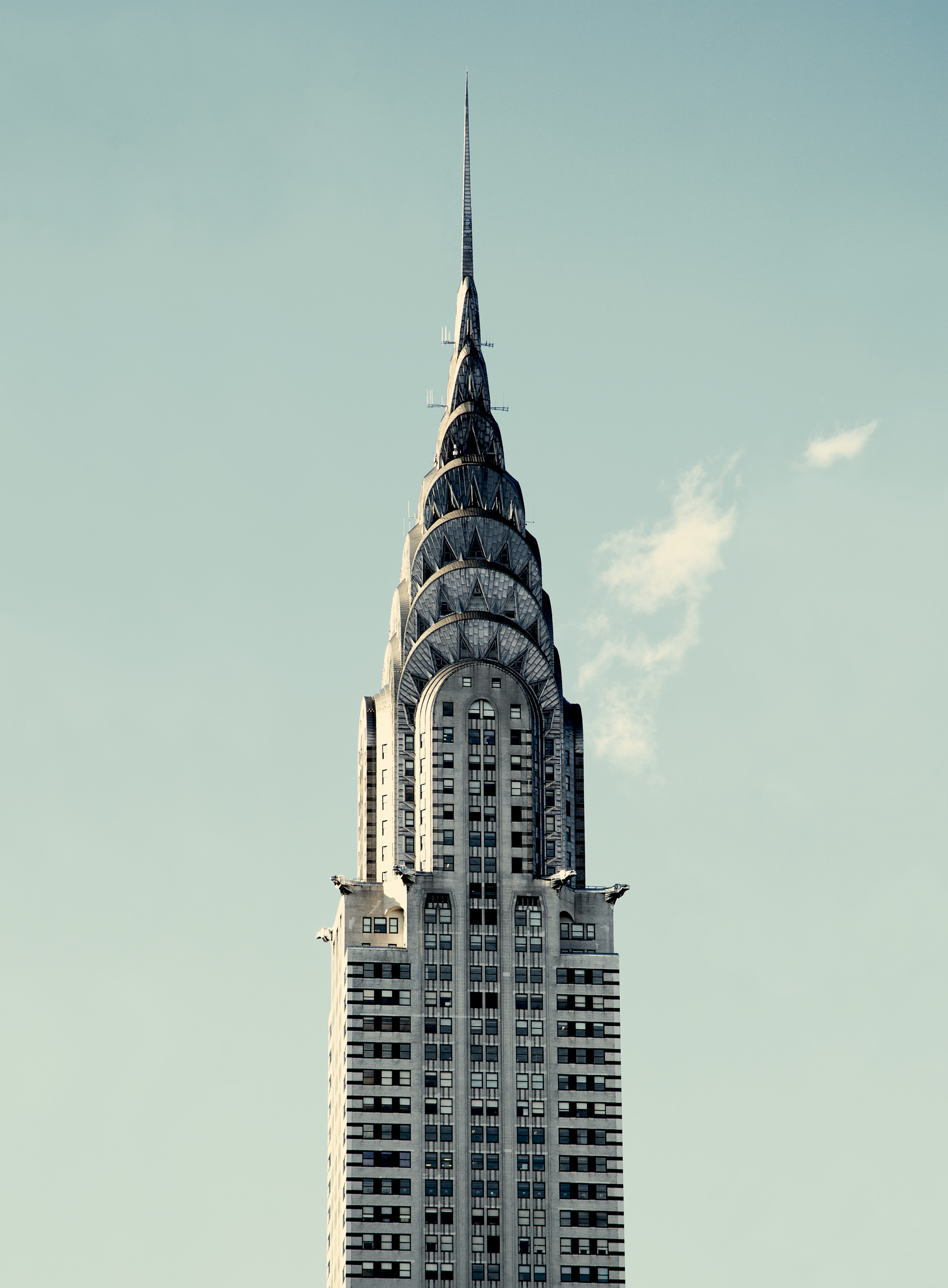 El rascacielos de 77 pisos, construido entre 1928 y 1930, fue el edificio más alto del mundo hasta que el Empire State, también de Nueva York, le quitó ese título en 1931.