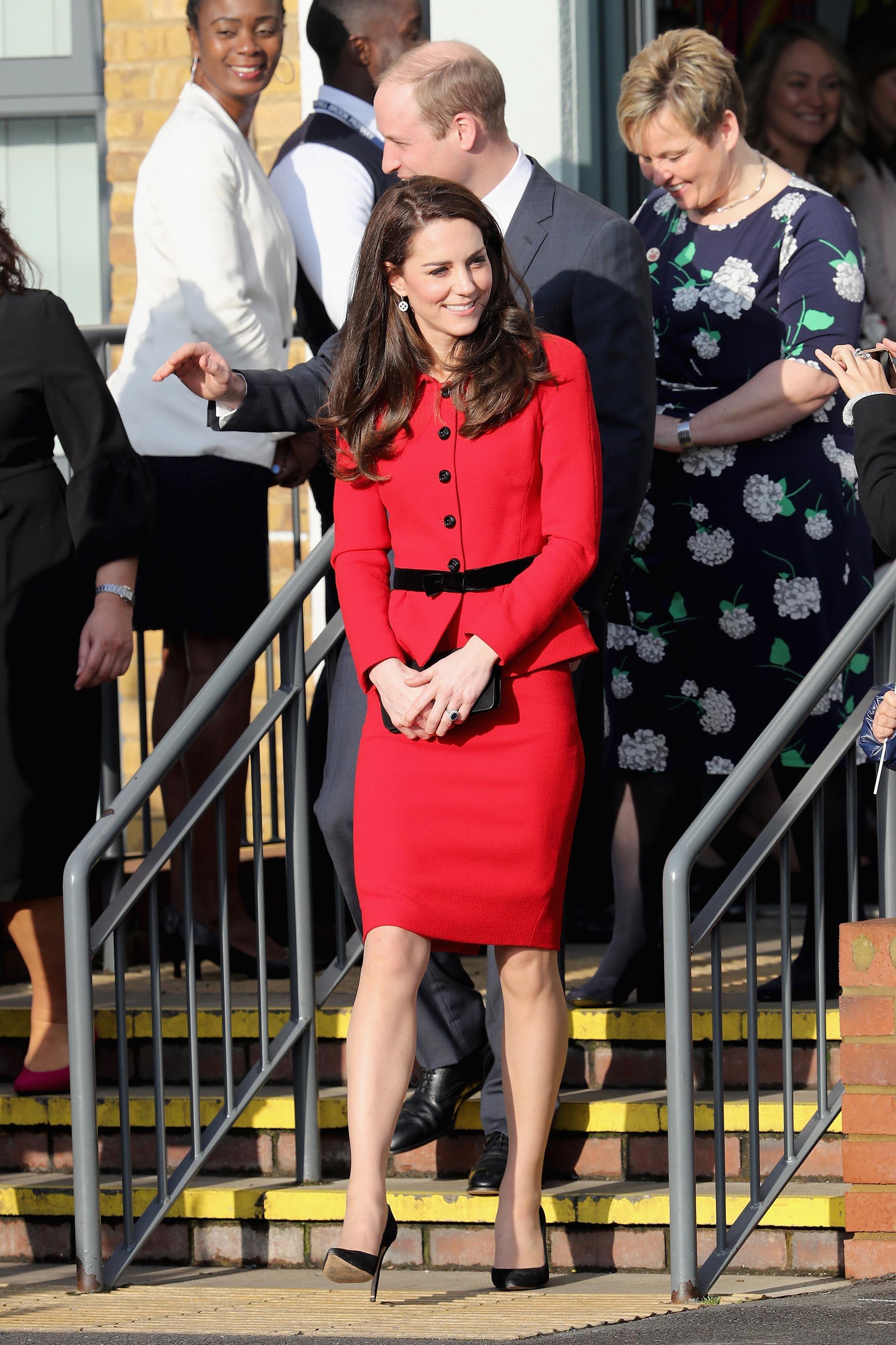 Catalina capturó todas las miradas con un conjunto colorado de dos piezas, con falda a la rodilla y cintura marcada