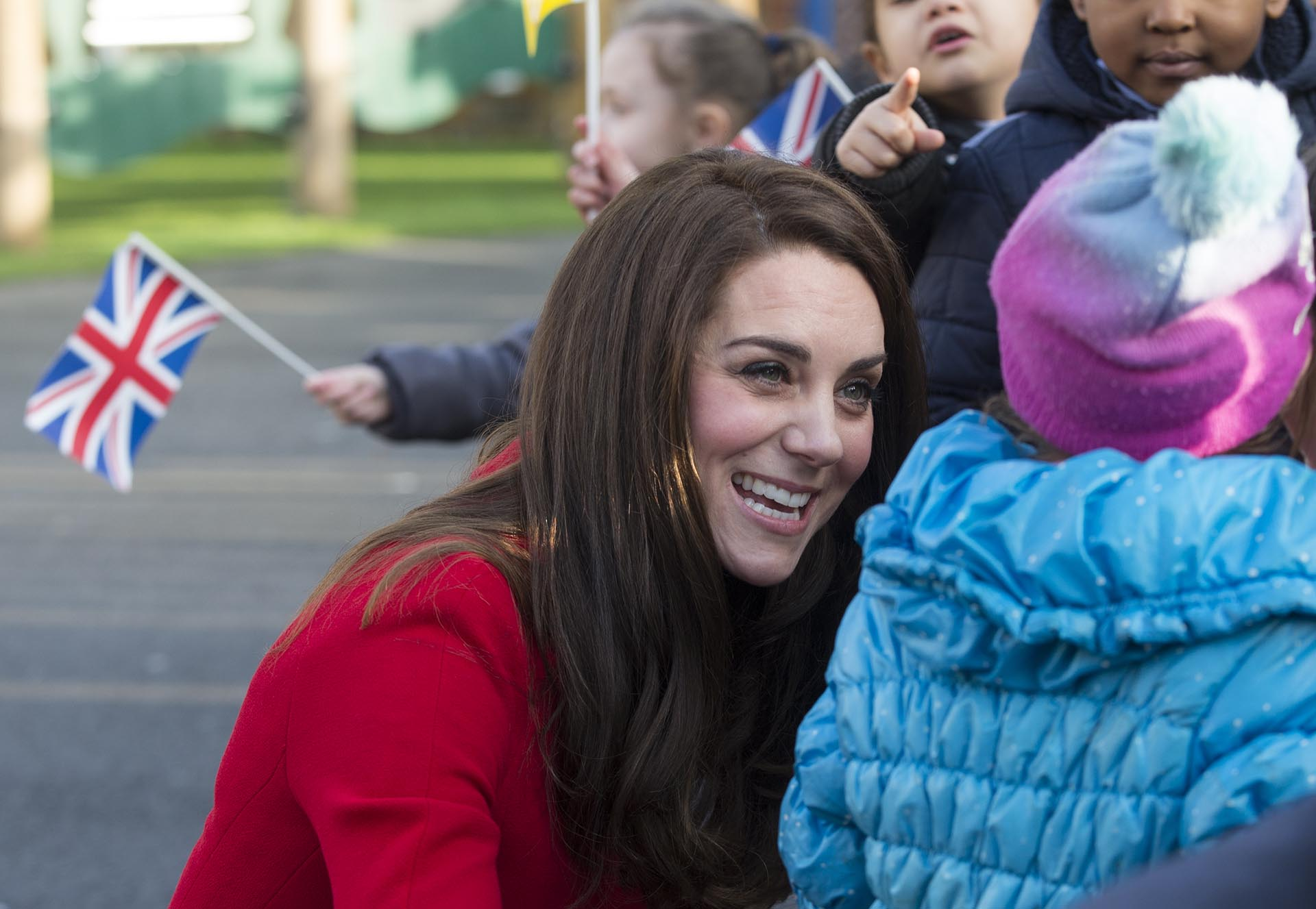 Antes y después de su visita, Catalina se tomó su tiempo para saludar a los pequeños que la esperaban en la entrada del lugar