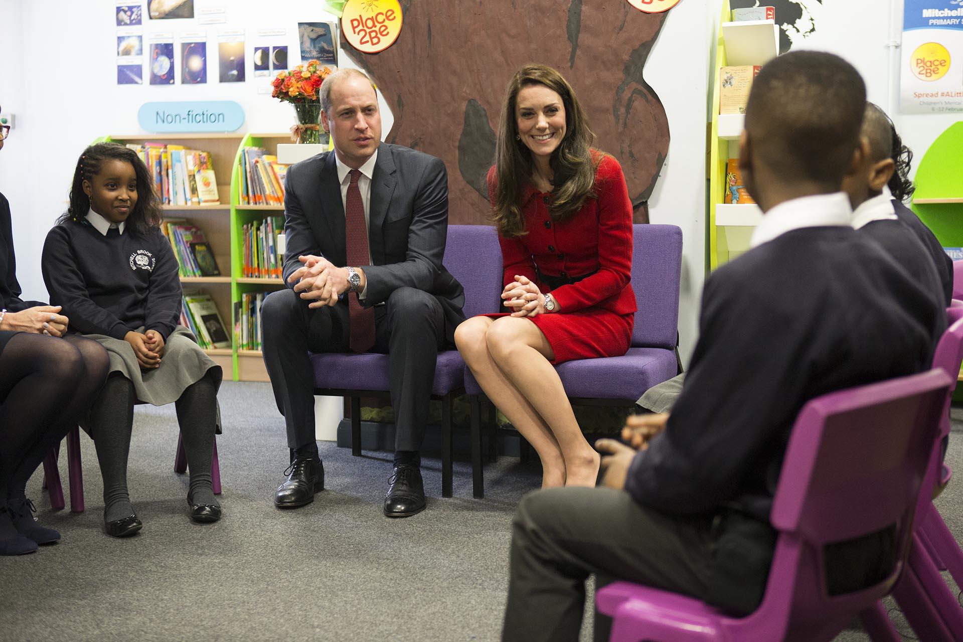 Catalina y Guillermo escuchan con atención a los integrantes de la escuela Mitchell Brook Primary