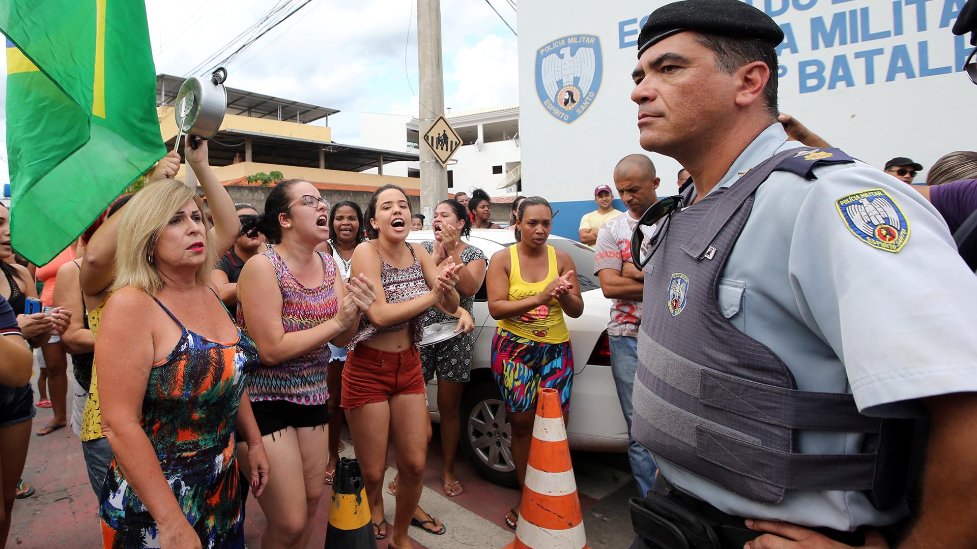 Los familiares de los policías bloquean los cuarteles. Sigue la huelga en Espírito Santo
