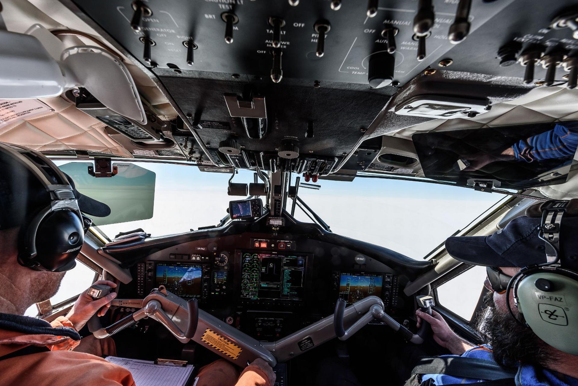 Un vuelo por la superficie antártica desde la cabina del avión