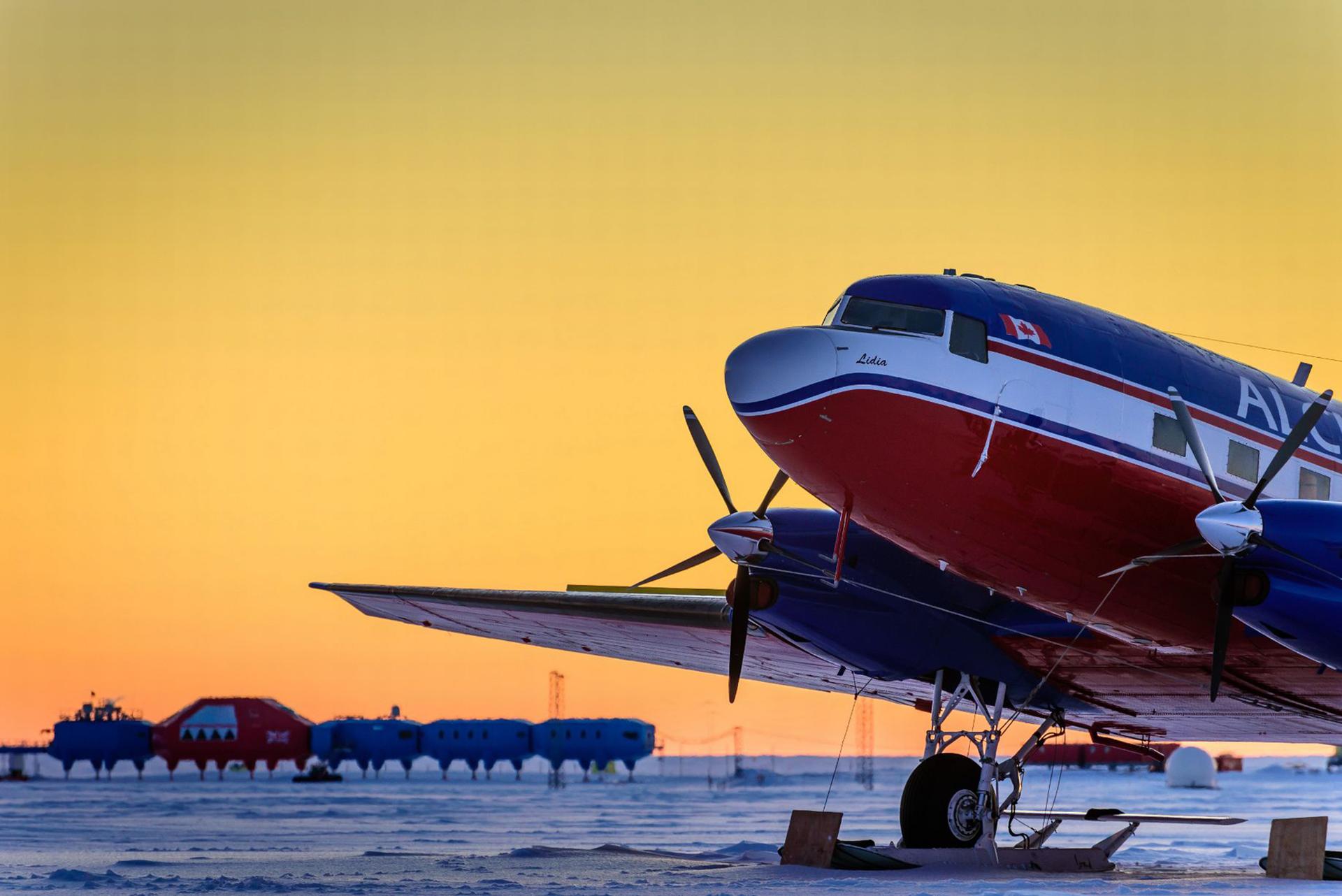 La aeronave que transporta al equipo que trabajó con Michal Krzysztofowicz durante un año en la Antártida