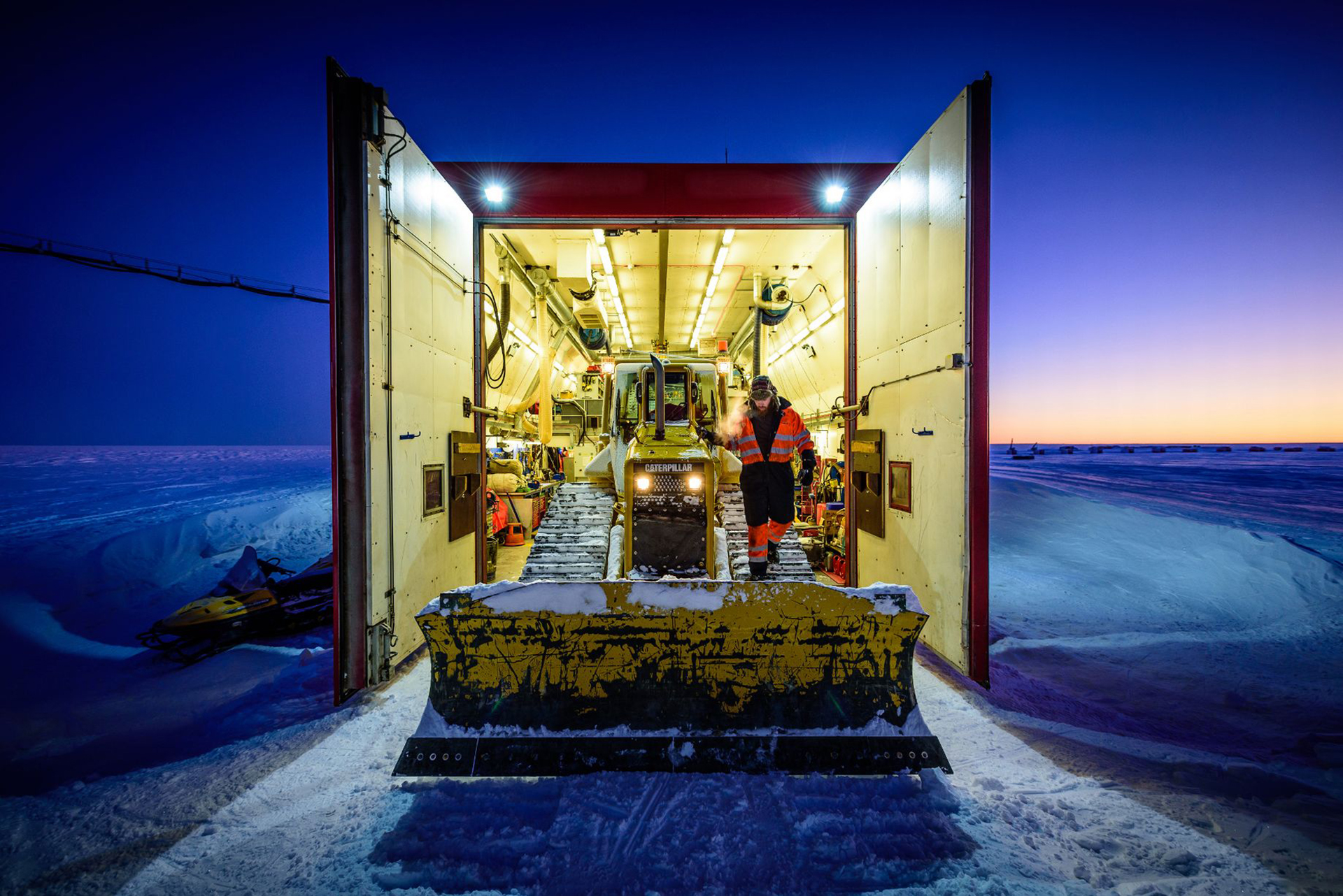 La maquinaria que se utiliza en la Antártida debe ser continuamente revisada. Se mantiene en lugares cubiertos con calefacción específica para que sus componentes no se vean afectados por las condiciones climáticas