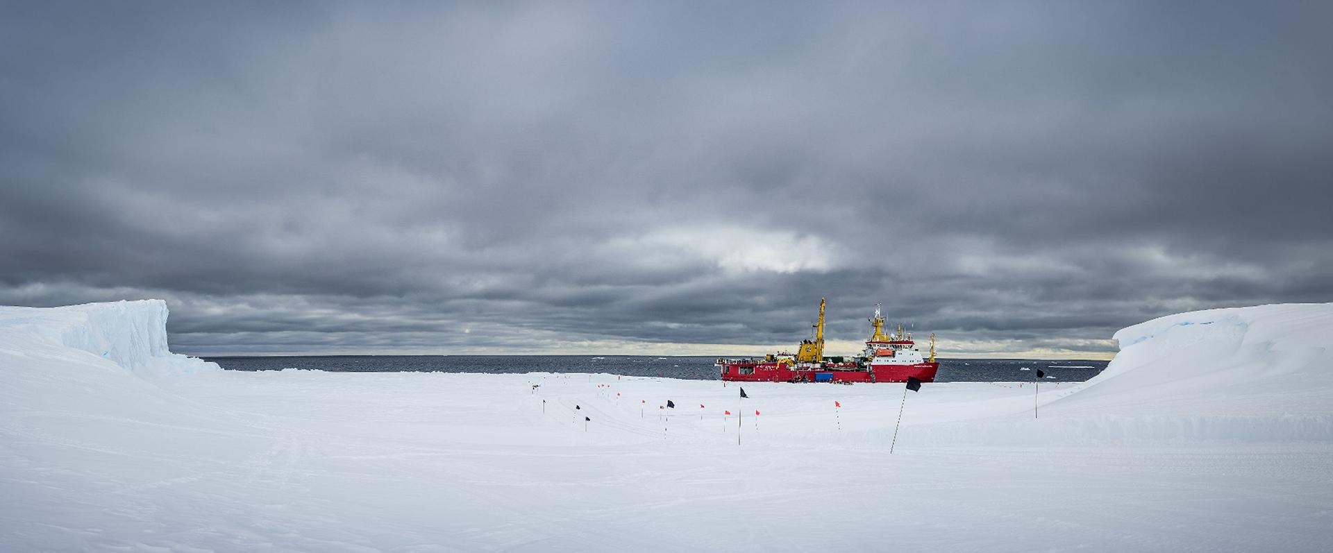 Un rompehielos surca el mar antártico