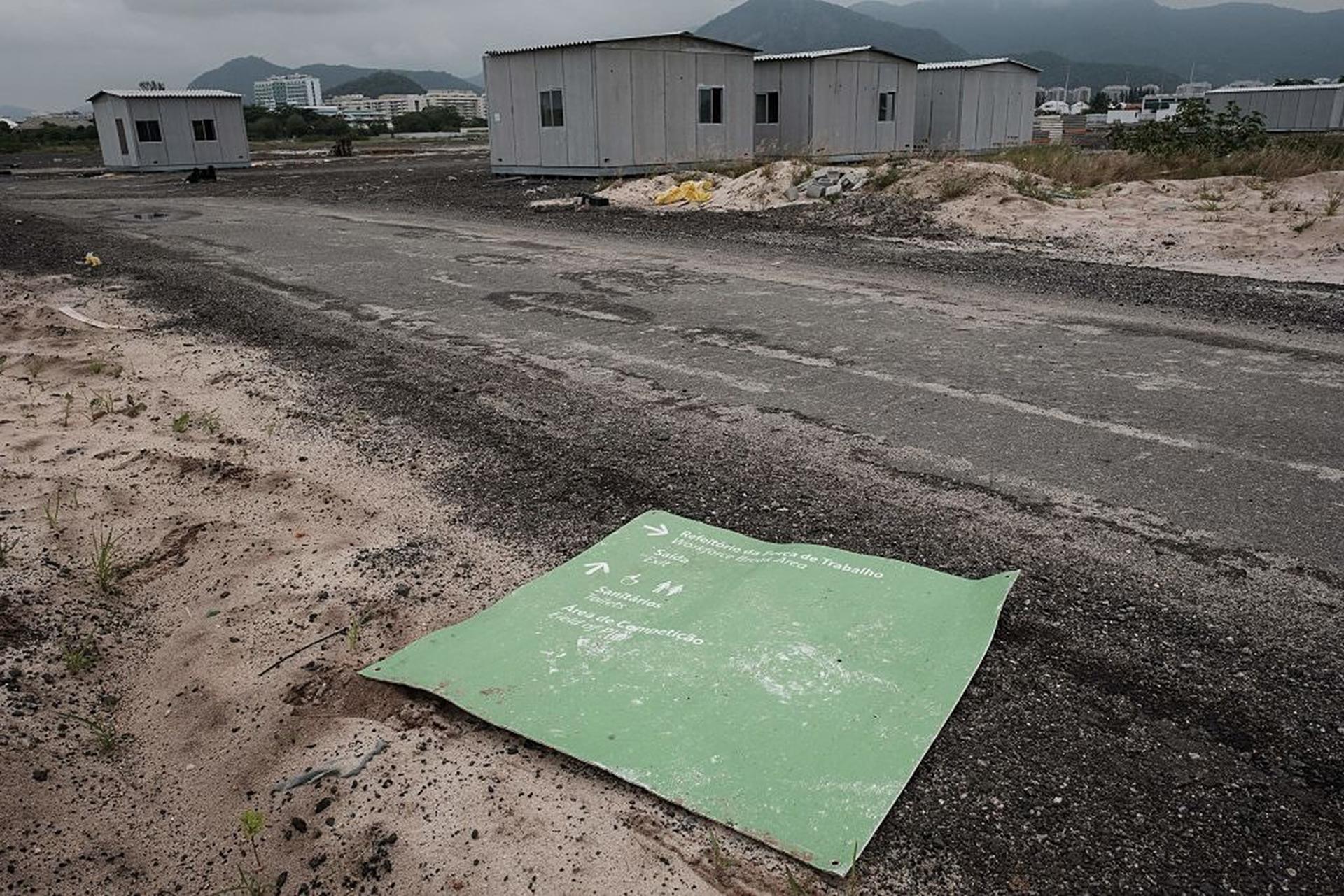 Las casas prefabricadas en los alrededores del campo de golf están abandonadas (AFP)