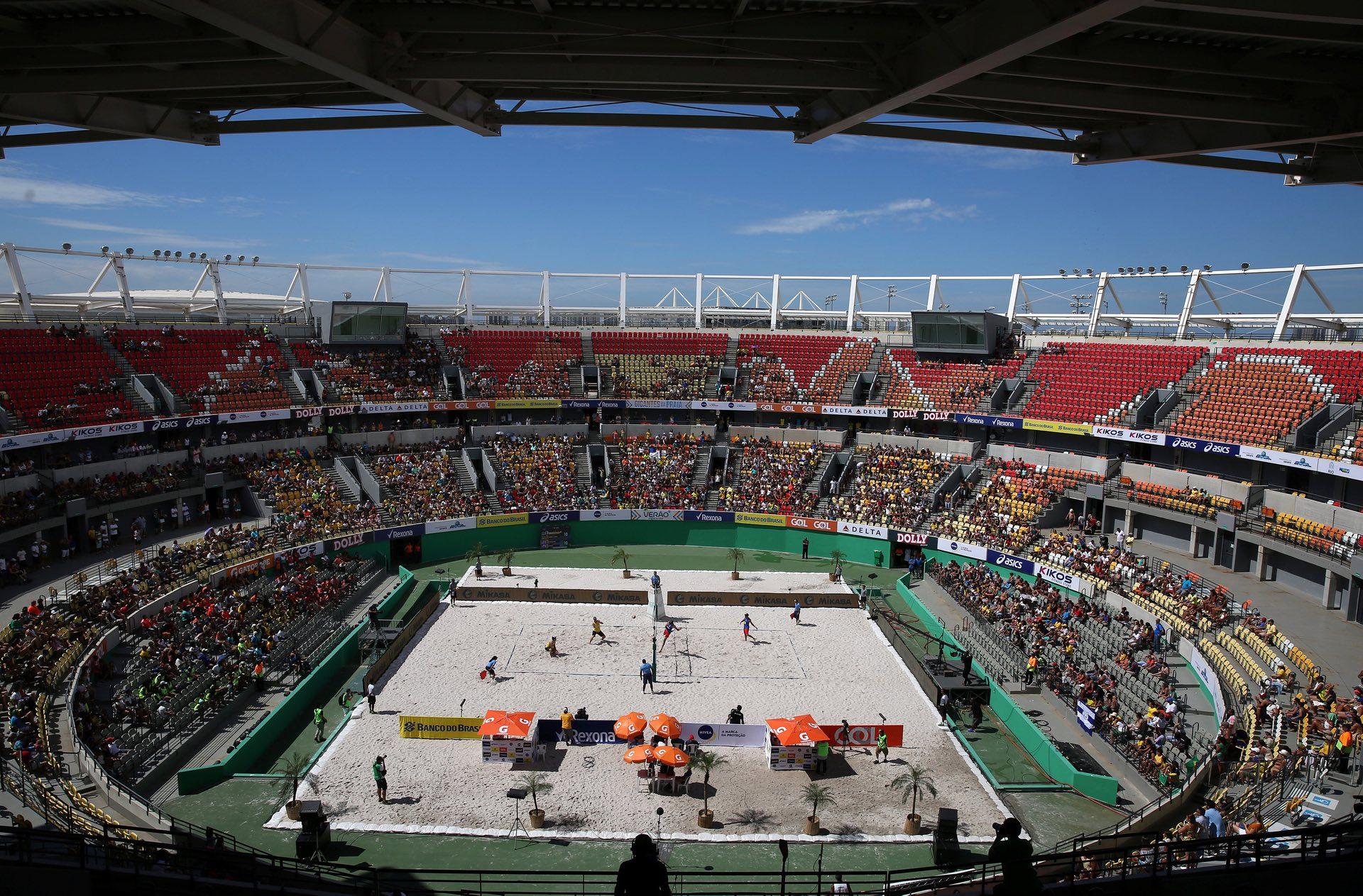 Las canchas de tenis fueron por un rato la sede de un evento de beach voley (Reuters)