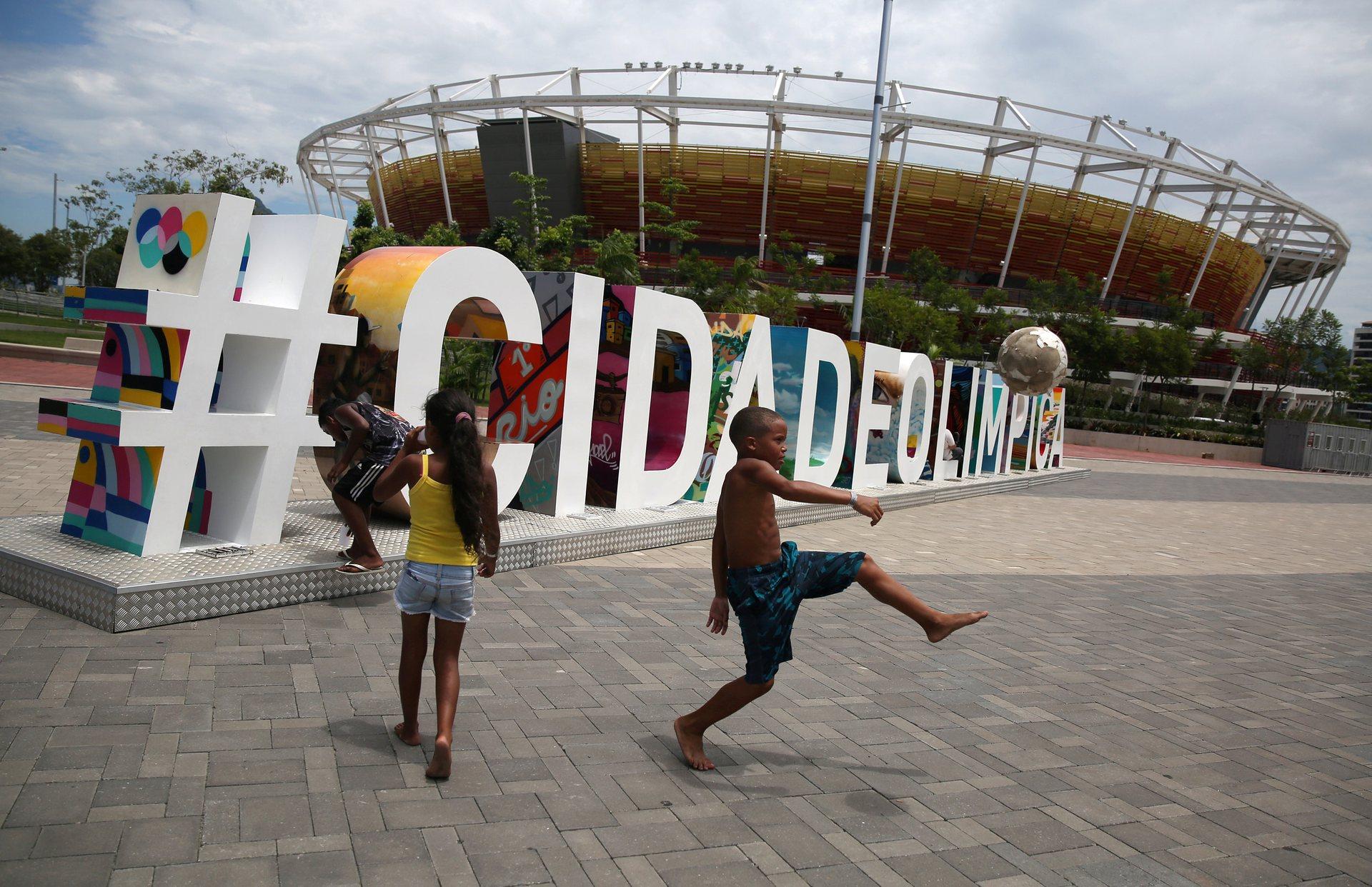 Los niños aprovechan para utilizar las abandonas instalaciones del Parque Olímpico (Reuters)