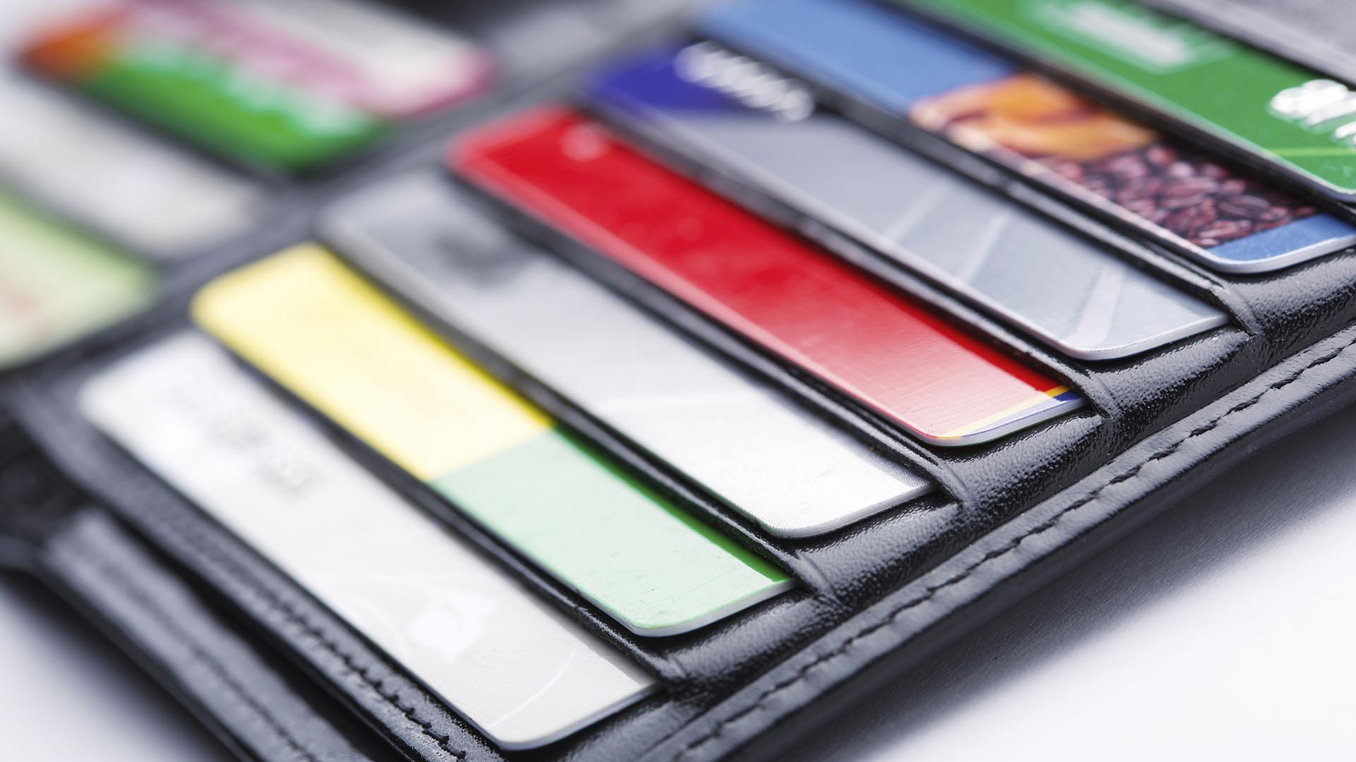 Los plásticos de crédito y débito, para arriba