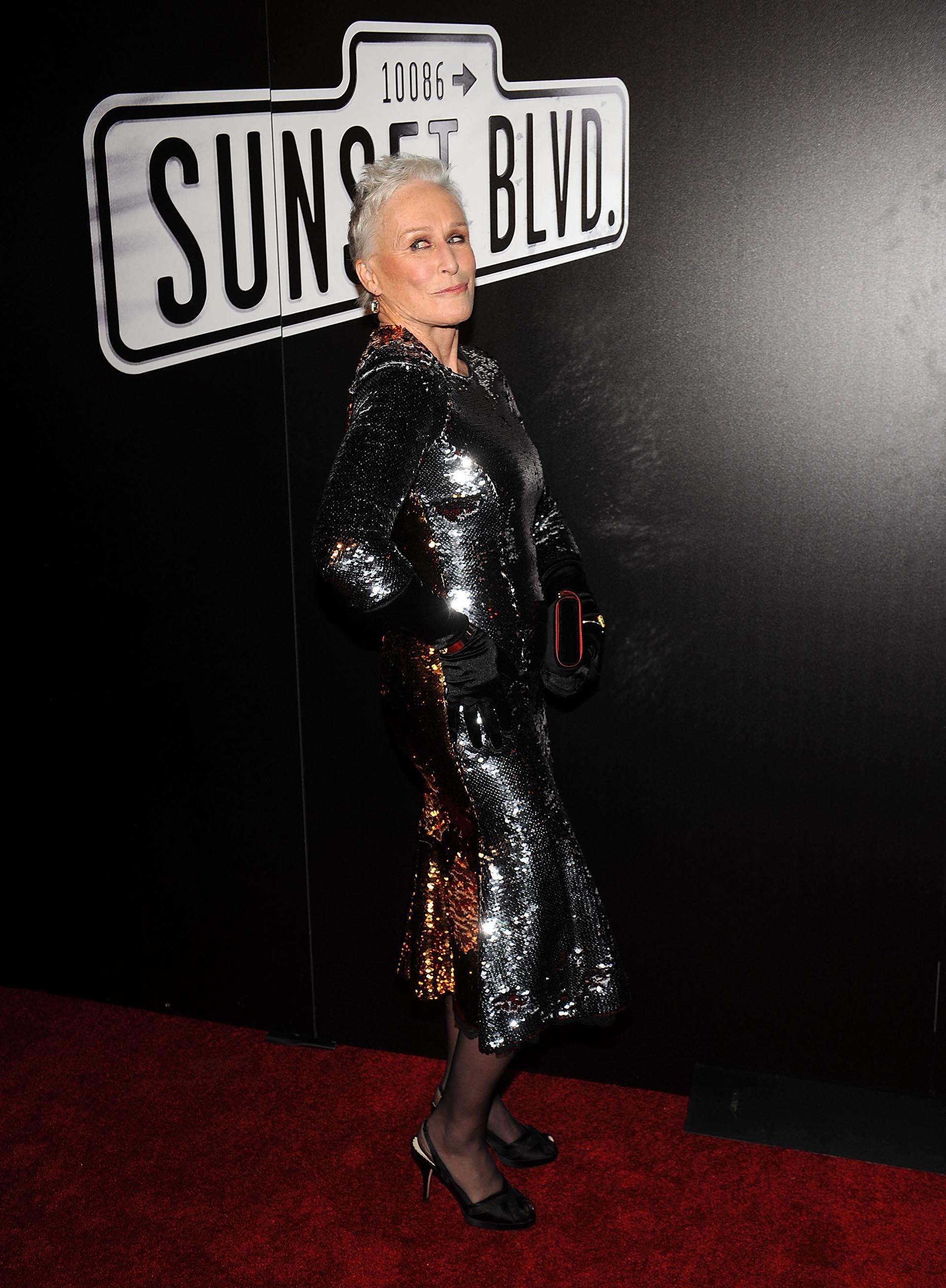 Con un vestido ajustado y de alto brillo, así llegó Glenn Close a la red carpet para el festejo del estreno de Sunset Boulevard, la obra de Andrew Lloyd Webber donde se pone en la piel de Norma Desmond