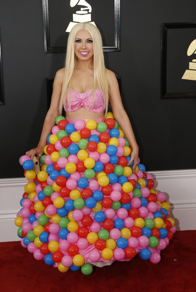 La cantante Girl Crush sorprendió con un look tapado de pelotas de colores (REUTERS/Mario Anzuoni)