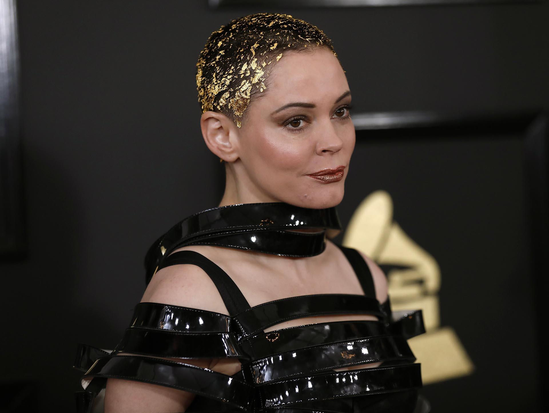 La actriz Rose McGowan impactó con su peinado con papel dorado en el cabello corto y el atuendo con cintas acharoladas de vinilo en la parte superior del top