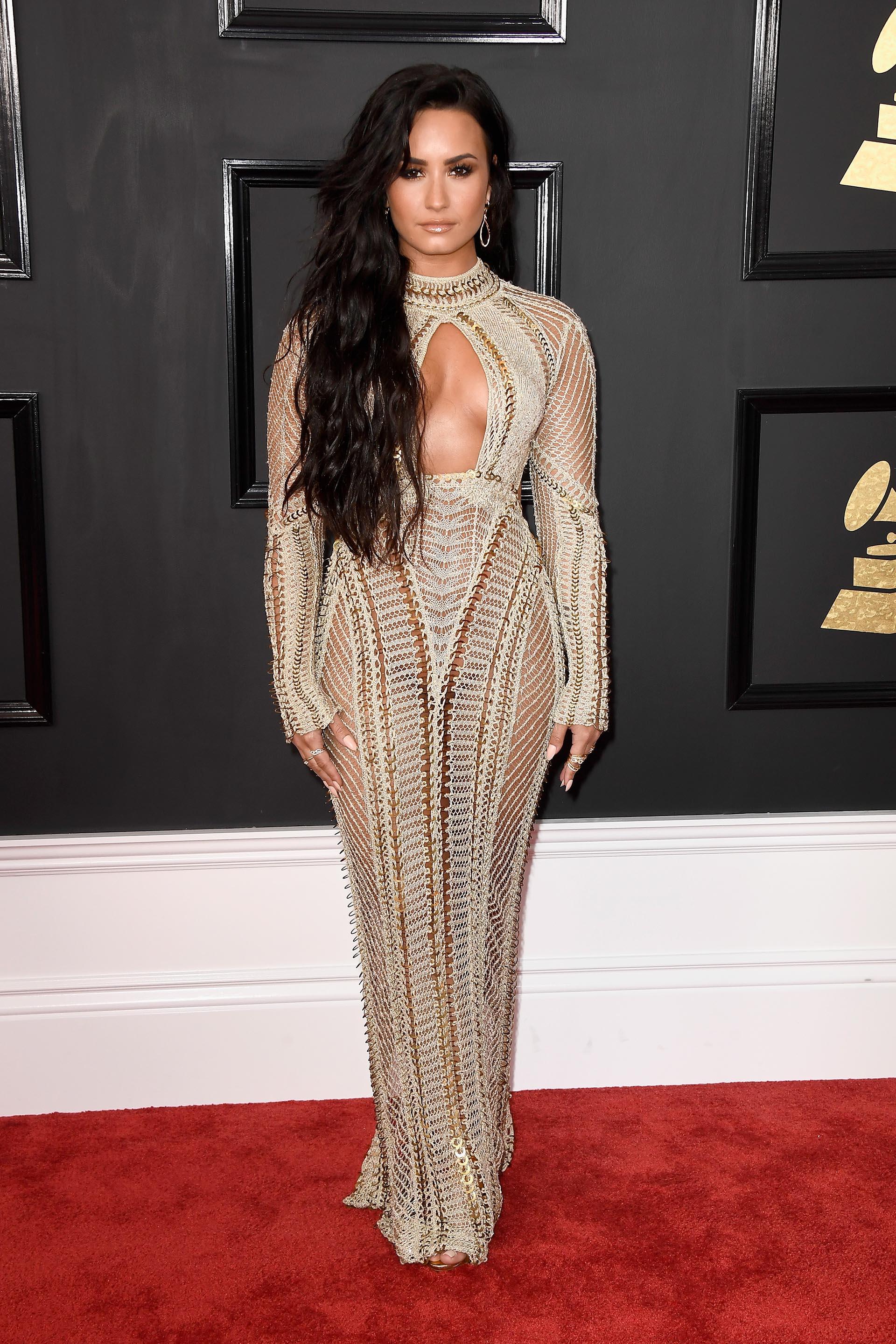 Demi Lovato lució vestido sirena de escote intrépido en un original diseño en tonos claros de Julien Macdonald. Calado y cuello cerrado, sus joyas fueron los mini anillos y aros gota