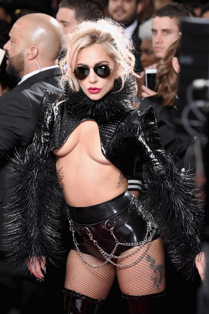 Lady Gaga , rock metálico en su outfit (Frazer Harrison/Getty Images)
