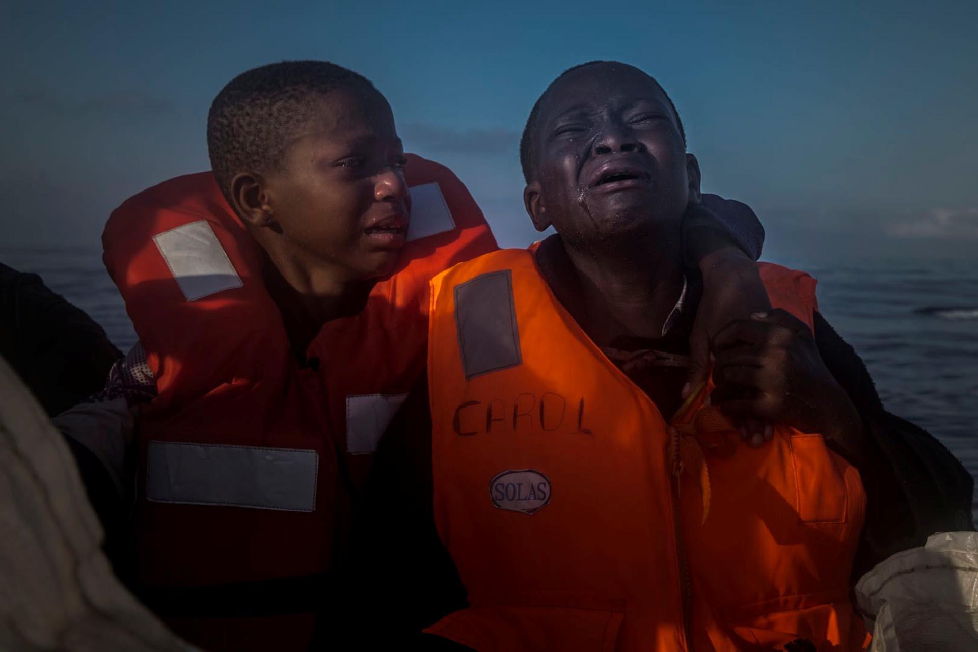 Noticias Generales, segundo premio. Un niño de 10 años y una niña de 11 lloran en un bote de inmigrantes luego de la muerte de su madre. Santi Palacios, REUTERS