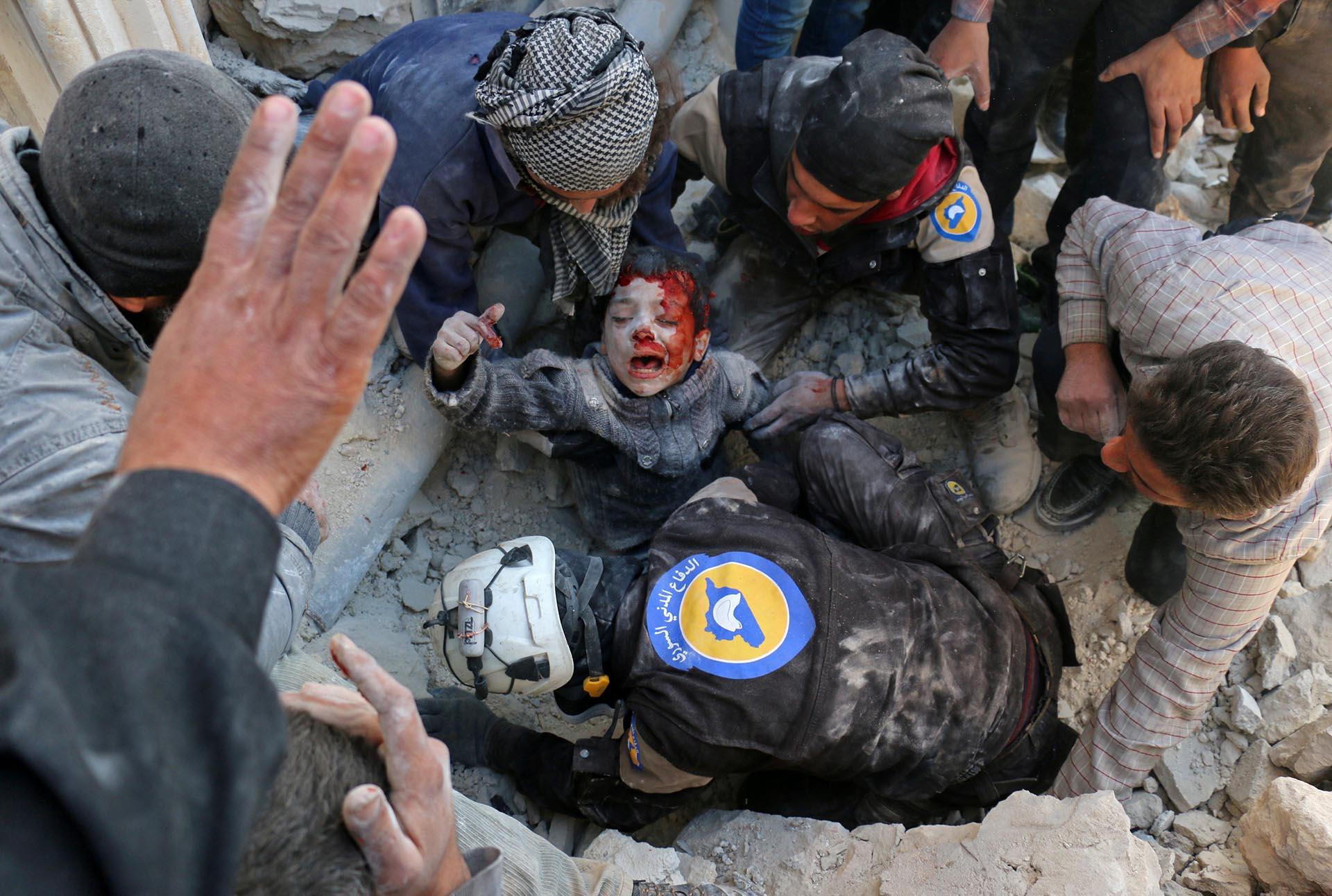 Spot News, segundo premio. Los cascos blancos rescatan a un niño de entre los escombros luego de un ataque con barriles bomba en el barrio de Babal Nairab, enAlepo, el 24 de noviembre de 2016. Ameer Alhalbi, Agence France-Presse