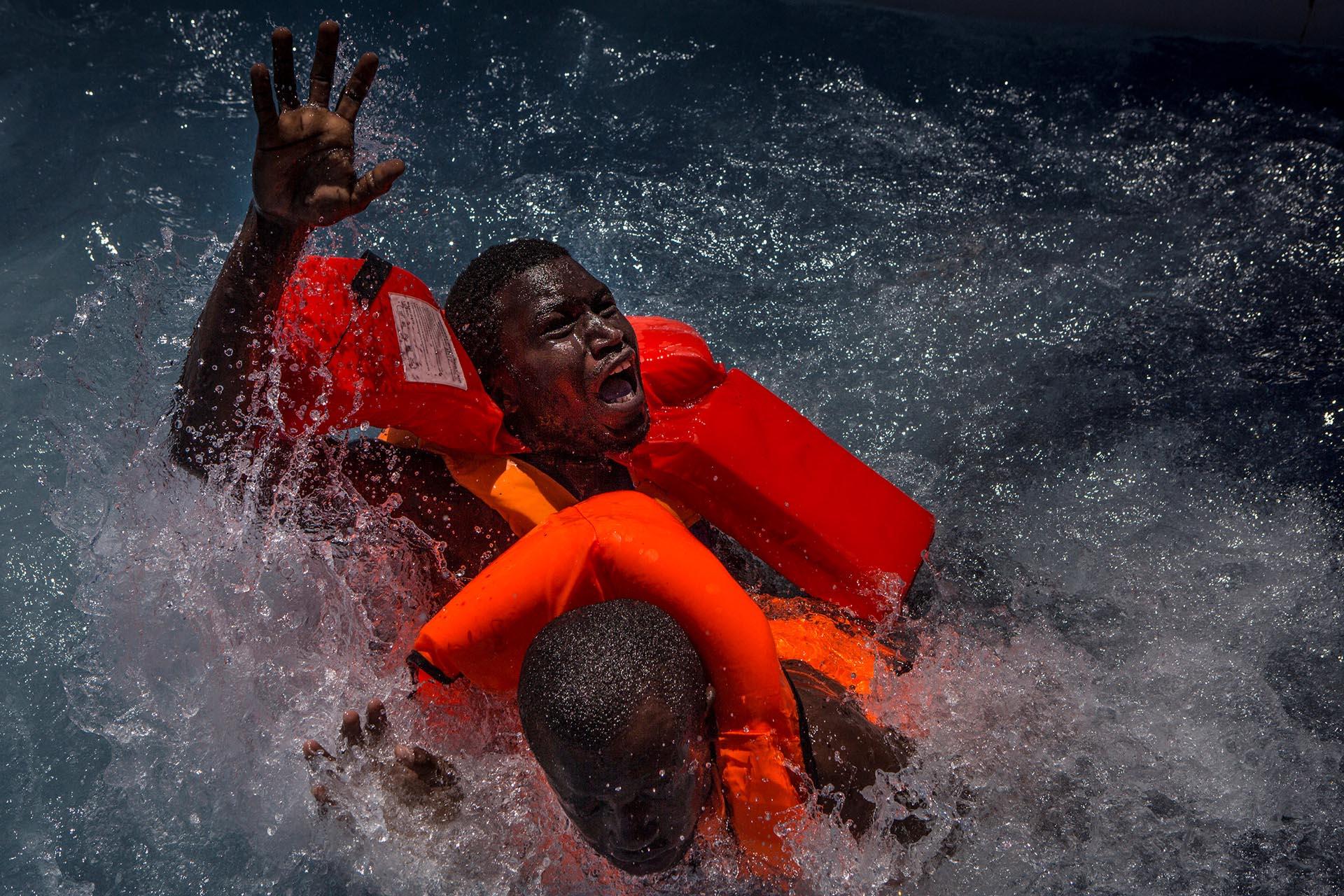 Spot News, tercer premio. Dos hombres en pánico luchan en el agua durante su rescate. El barco lleno de migrantes en el que viajaban se dio vuelta pero rápidamente fueron alcanzados por losrescatistas.Mathieu Willcocks/MOAS.eu