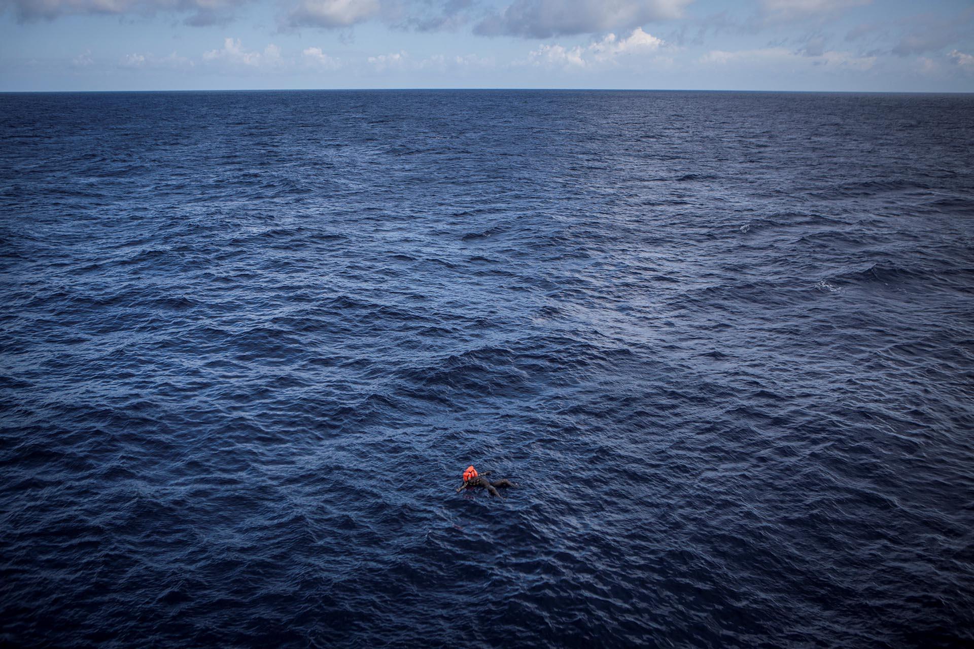 Spot News, tercer premio. El cuerpo de un inmigrante hallado flotando en el mar. Los rescatistas de la Cruz Roja estiman que estuvo flotando por lo menos cuatro días. Mathieu Willcocks/MOAS.eu