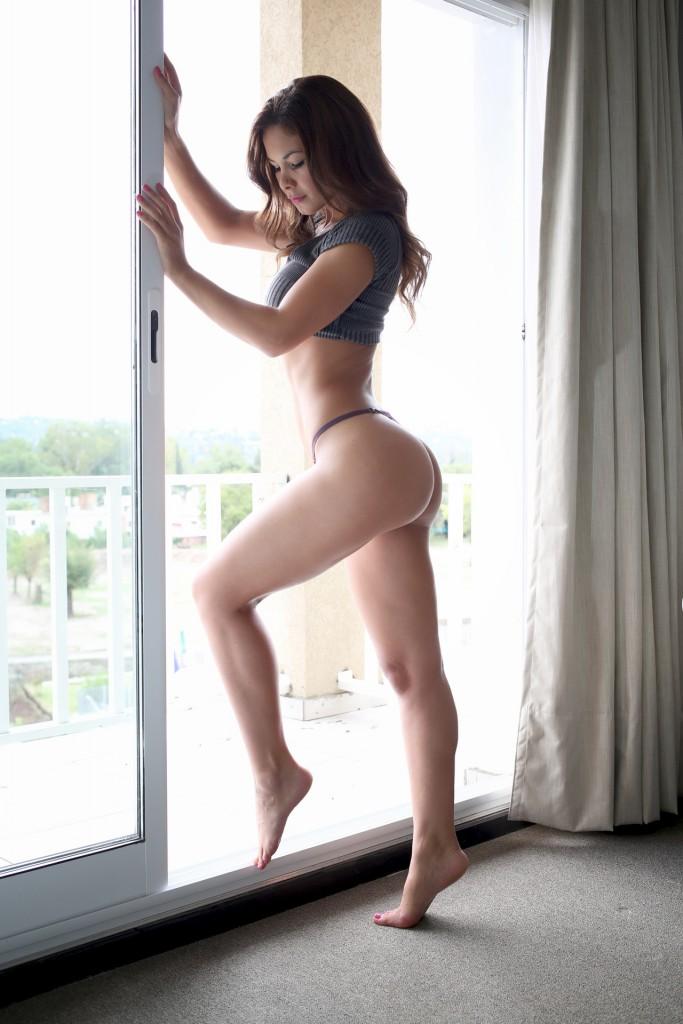 Bailando muy sensual con un corta falda frente a la web cam