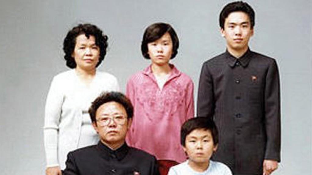 Foto familiar con Kim Jong-il y Kim Jong-nam al frente, acompañados de parientes en 1981 (Getty)